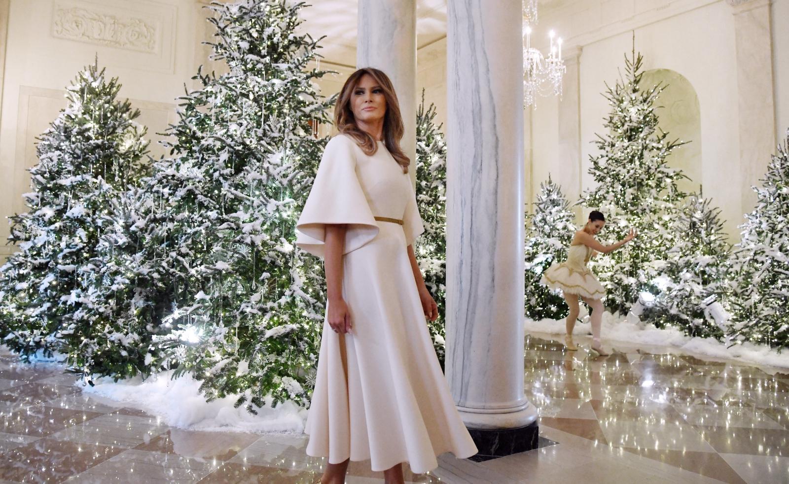 Pierwsza Dama USA Melania Trump na tle świątecznej dekoracji w Białym Domu. Waszyngton, USA.