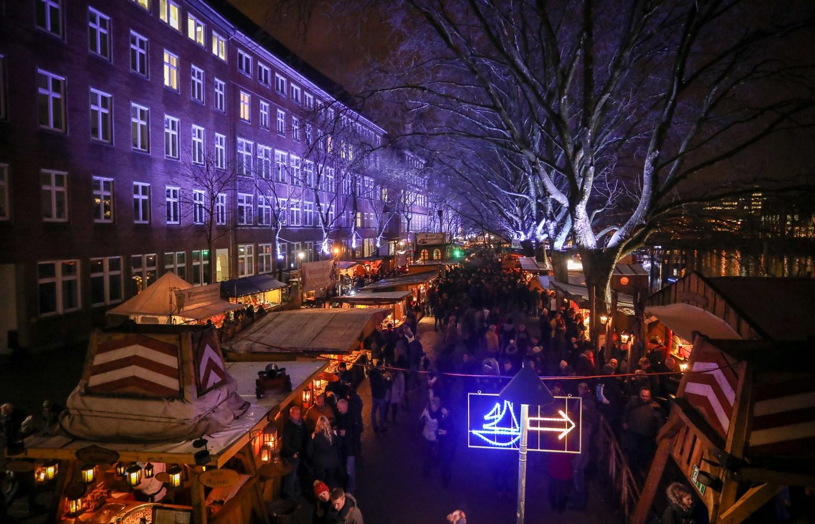 W Bremie na ulicach dominują już świąteczne dekoracje. Brema, Niemcy.