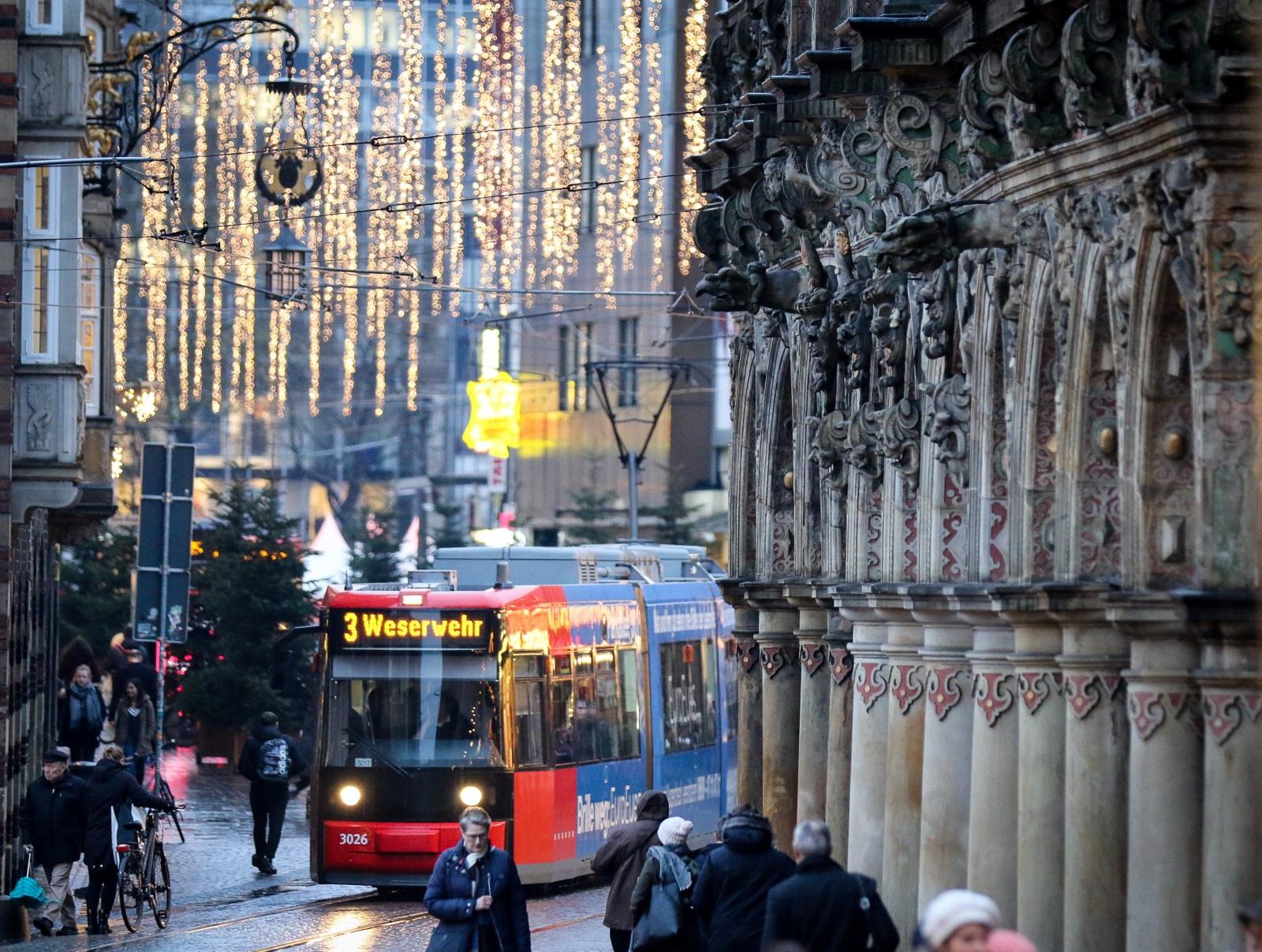 Tramwaj przejeżdża obok renesansowego budynku z Bremie, Niemcy.