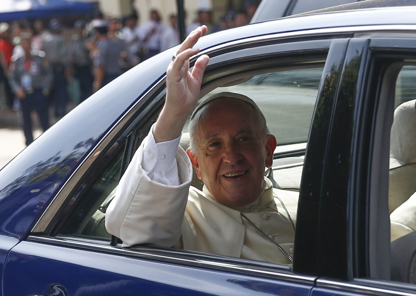 epaselect epa06354878 Pope Francis waves from the vehicle as he leaves Archbishop's house to depart capital Naypyitaw, Yangon, Myanmar, 28 November 2017. Pope Francis' visit in Myanmar and Bangladesh runs from 27 November to 02 December 2017.  EPA/LYNN BO BO Dostawca: PAP/EPA.