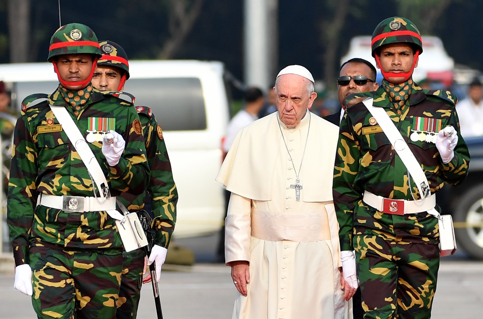 epa06359088 Pope Francis reviews a honor guard during a welcome ceremony as he arrives at Dhaka International Airport in Dhaka, Bangladesh, 30 November 2017. Pope Francis' visit in Myanmar and Bangladesh runs from 27 November to 02 December 2017.  EPA/ETTORE FERRARI Dostawca: PAP/EPA.