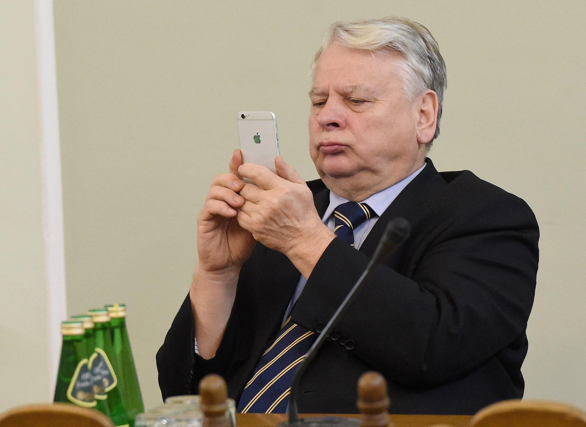 Wicemarszałek Senatu Bogdan Borusewicz podczas posiedzenia sejmowej Komisji Nadzwyczajnej do spraw rozpatrzenia projektów ustaw z zakresu prawa wyborczego, fot: Radek Pietruszka, PAP