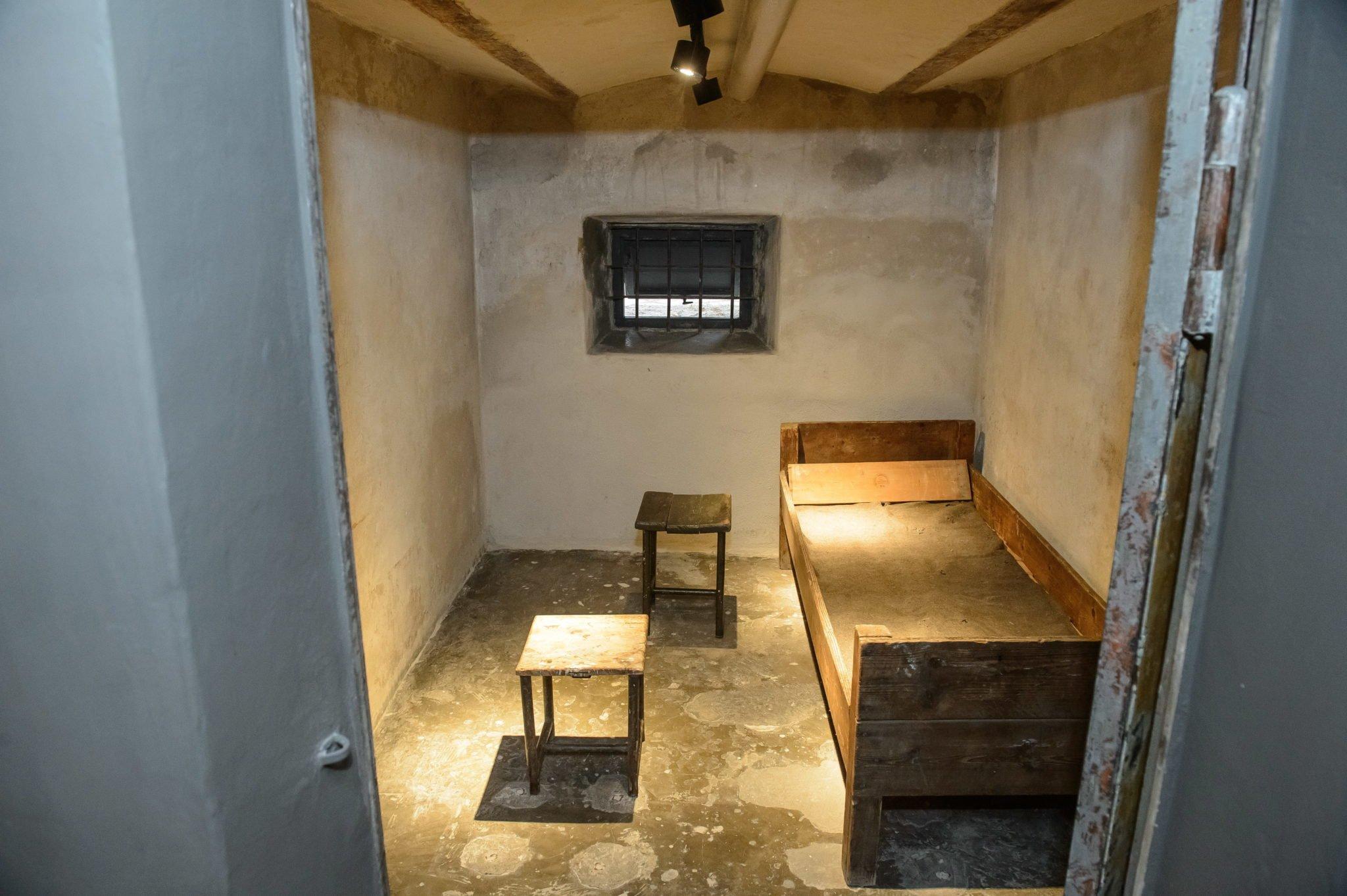 """Uroczyste otwarcie Muzeum Martyrologii """"Pod zegarem"""" Muzeum Lubelskiego. Powstała wystawa stała prezentująca losy więźniów aresztu Gestapo. Wyjątkową częścią Muzeum jest Ściana Pamięci, na której znalazły się wizerunki więźniów, przetrzymywanych w areszcie i zakatowanych na miejscu oraz zamordowanych na terenie Lublina lub w obozach koncentracyjnych. Ekspozycja muzeum wzbogacona została o multimedia zawierające relacje więźniów i ich bliskich oraz przedmioty wykonane przez więźniów, fot: Wojciech Pacewicz, PAP"""