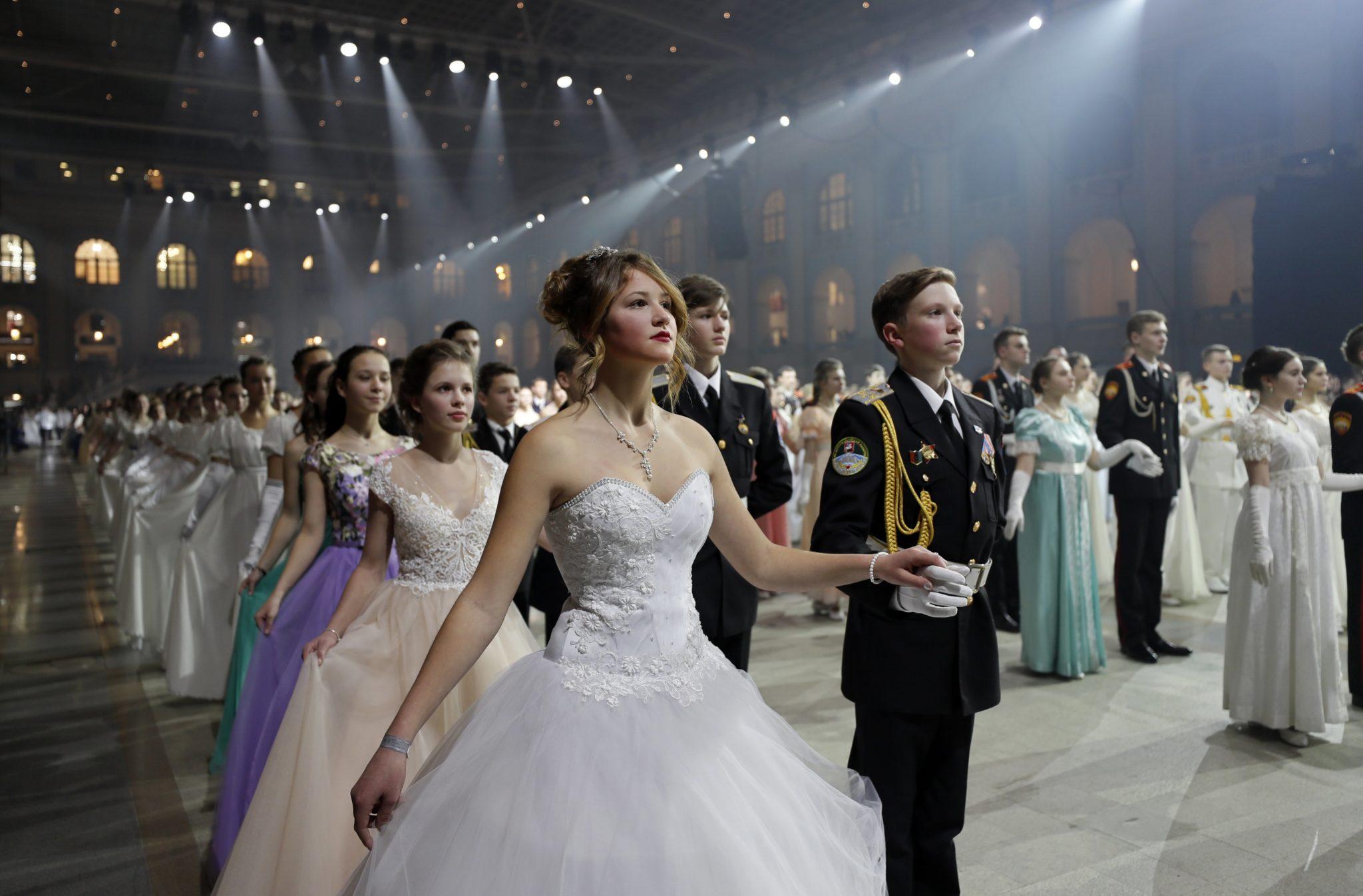 Moskwa: rosyjscy kadeci tanczą podczas uroczystego balu, fot: Yuri Kochetkov, PAP/EPA