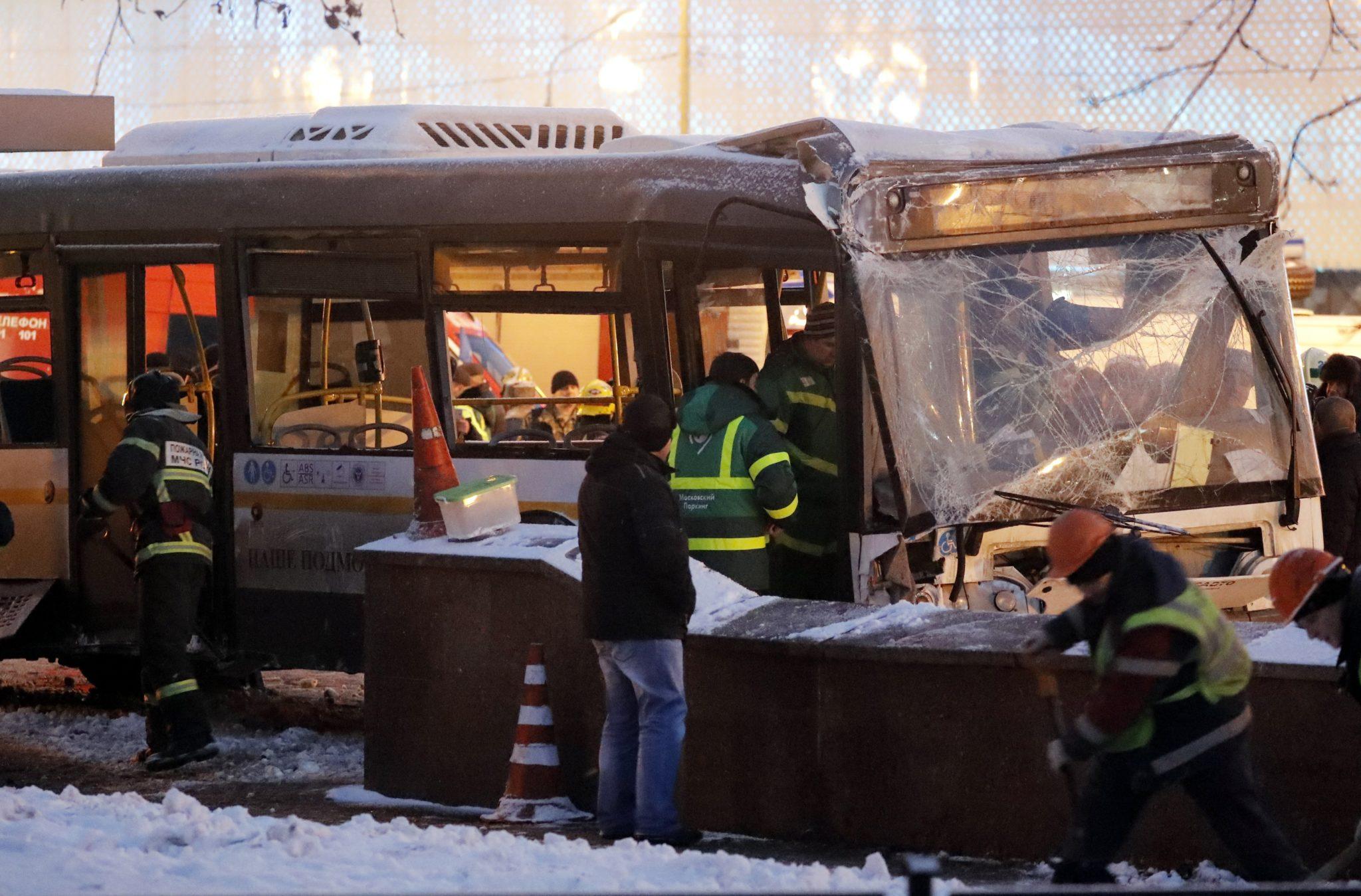 Cztery osoby zginęły, a 11 zostało rannych w poniedziałek, gdy miejski autobus wjechał w przejście podziemne w zachodniej części Moskwy , fot: Fot: Sergei Ilnitsky, PAP/EPA