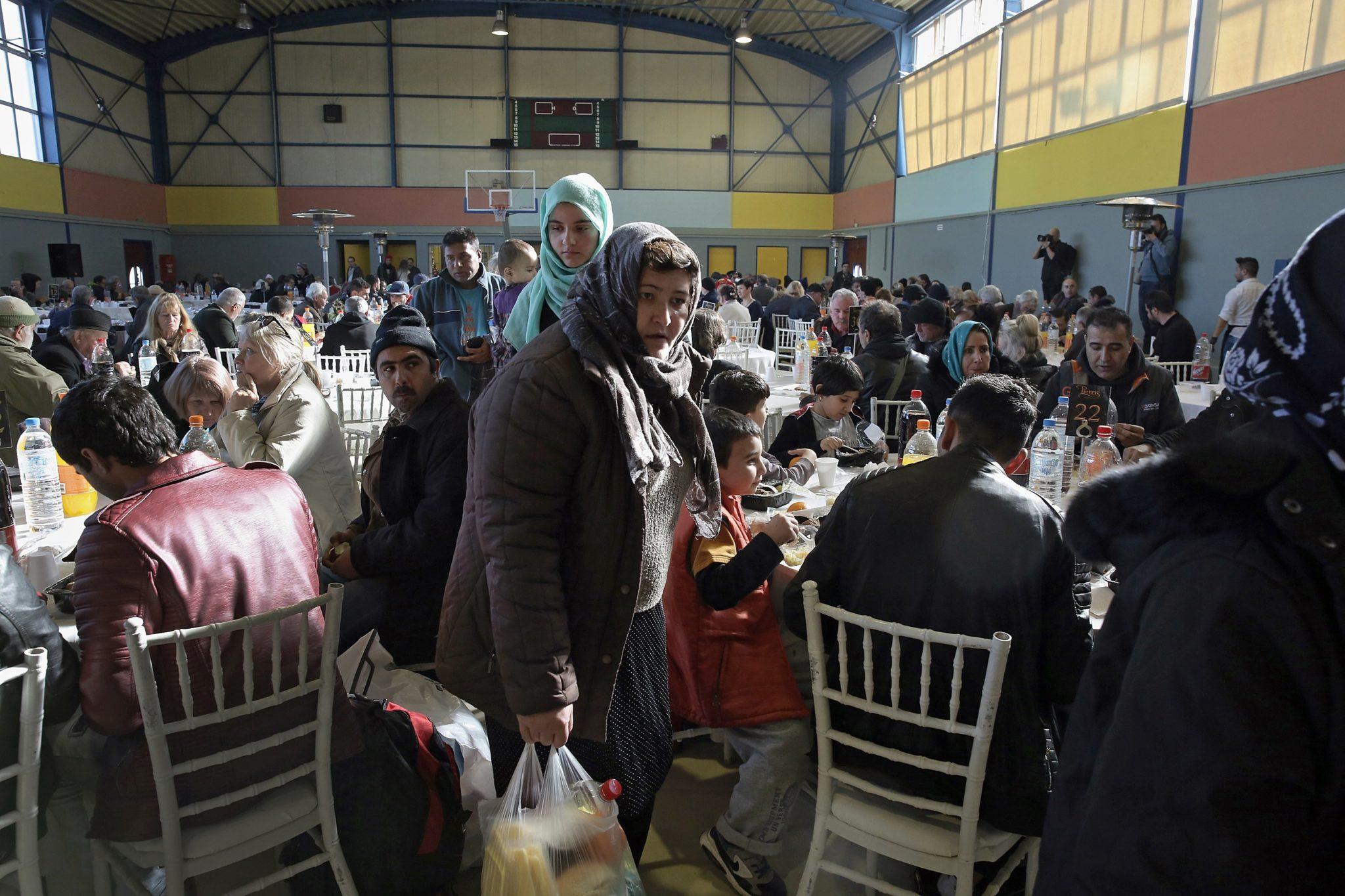 Grecja: potrzebujący i bezdomni na bożonarodzeniowym obiedzie w Atenach, fot: Simela Pantzartzi, fot: PAP, EPA