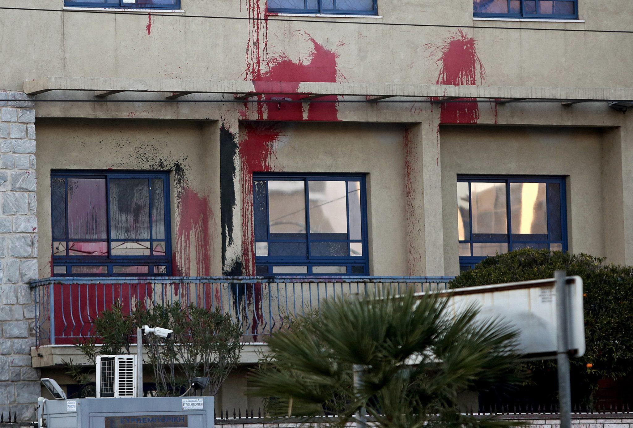 Grecja: Członkowie anarchistycznej grupy zaatakowali farbą wejście do izraelskiej ambasady w Atenach, fot: PAP, EPA