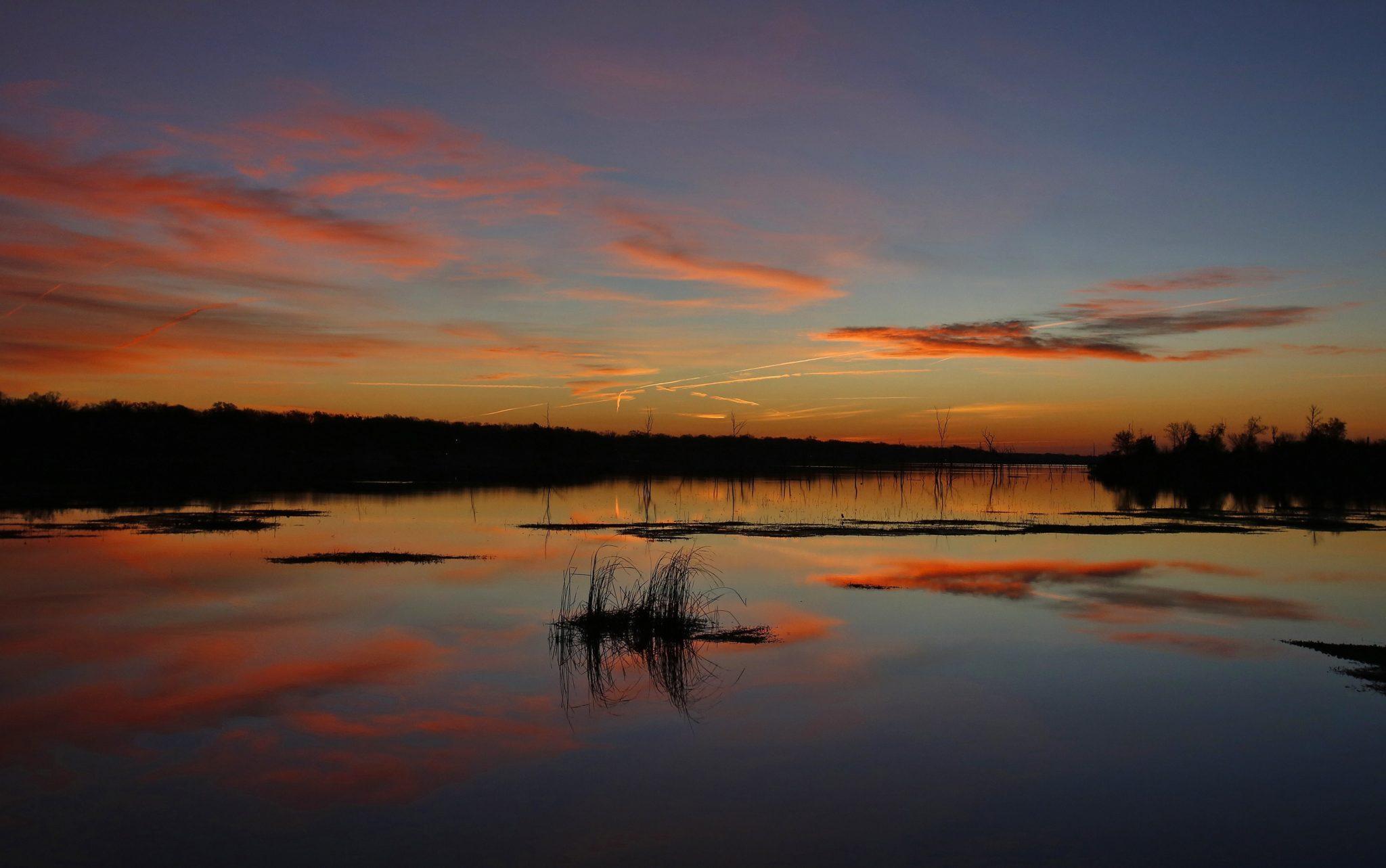 USA: Wschód słońca nad Lake Fork w Teksasie, fot: Larry W. Smith, PAP/EPA