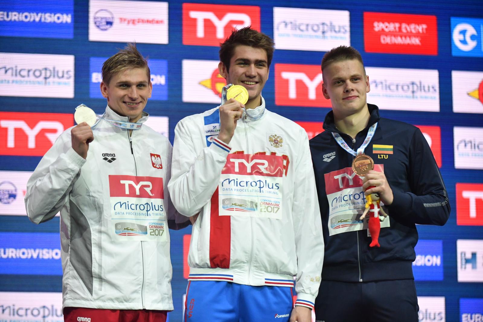 Medaliści wyścigu na 200 metrów stylem grzbietowym - od lewej: Polak Radosław Kawęcki (srebro), Kliment Kolesnikow z Rosji (złoto) i Litwin Danas Rapsys (brąz) podczas pływackich mistrzostw Europy w Kopenhadze, fot. PAP/Bartłomiej Zborowski