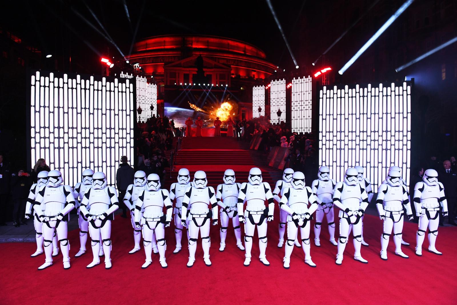 Aktorzy ubrani w stroje szturmowców podczas premiery najnowszej części
