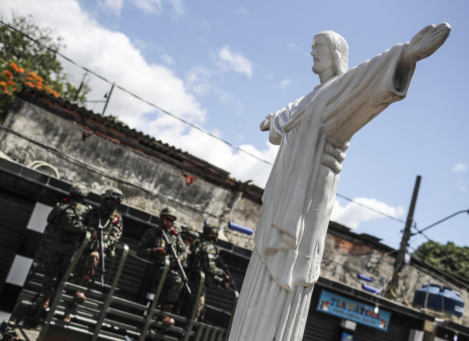 Agenci sił zbrojnych patrolują w slumsach w Rio de Janeiro w Brazylii, fot.   EPA/Antonio Lacerda