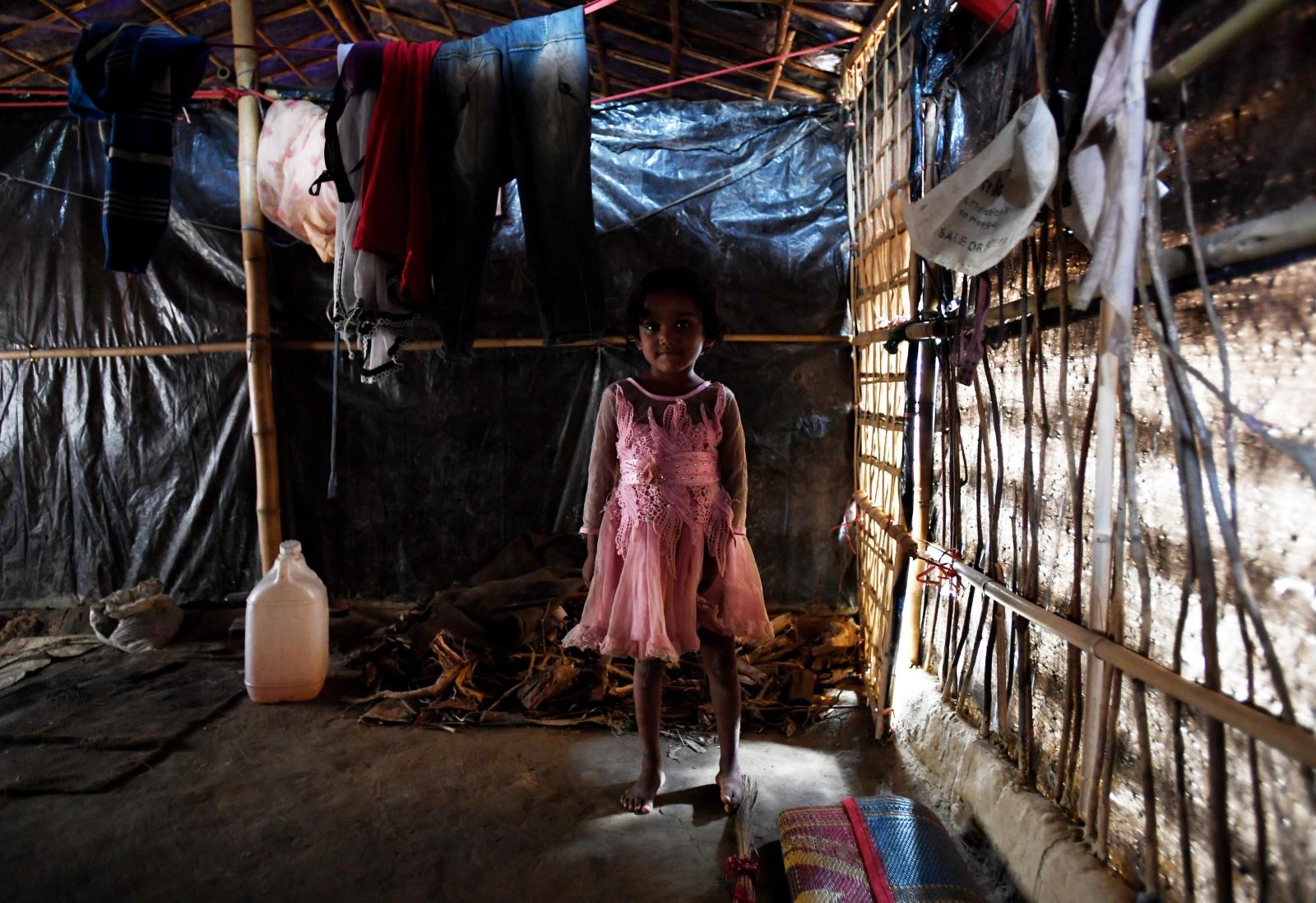 Czteroletnia dziewczynka w swojej chacie w obozie dla uchodźców, Bangladesz, fot.  EPA/TRACEY NEARMY  AUSTRALIA AND NEW ZEALAND OUT