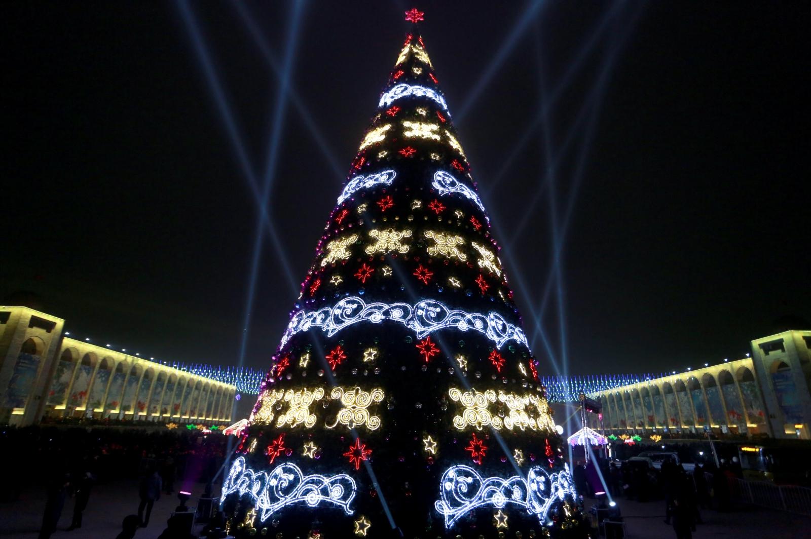 Kirgistan. Choinka Bożonarodzeniowa. fot. EPA/IGOR KOVALENKO