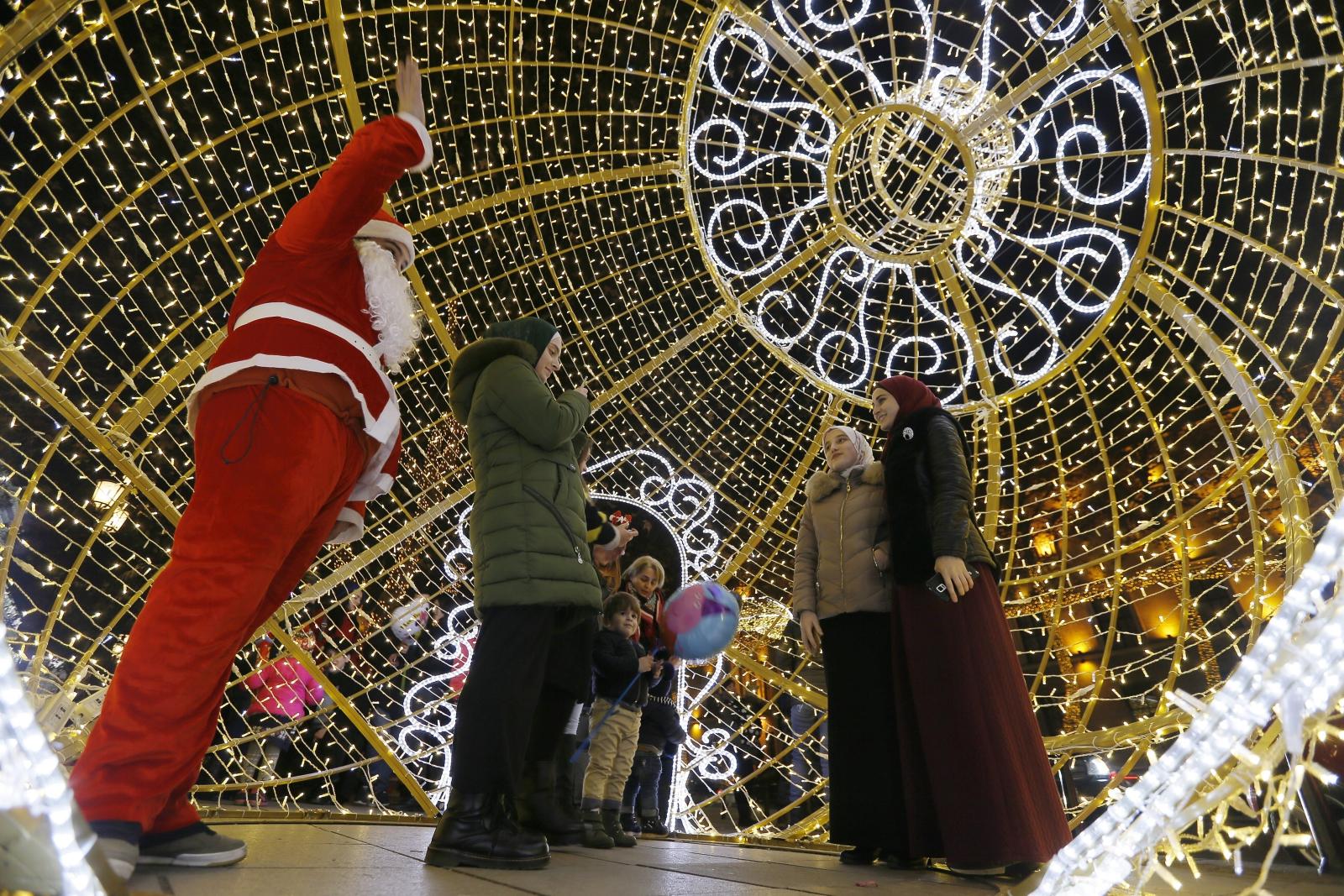 Świąteczne dekoracje z Tbilisi. fot. EPA/ZURAB KURTSIKIDZE