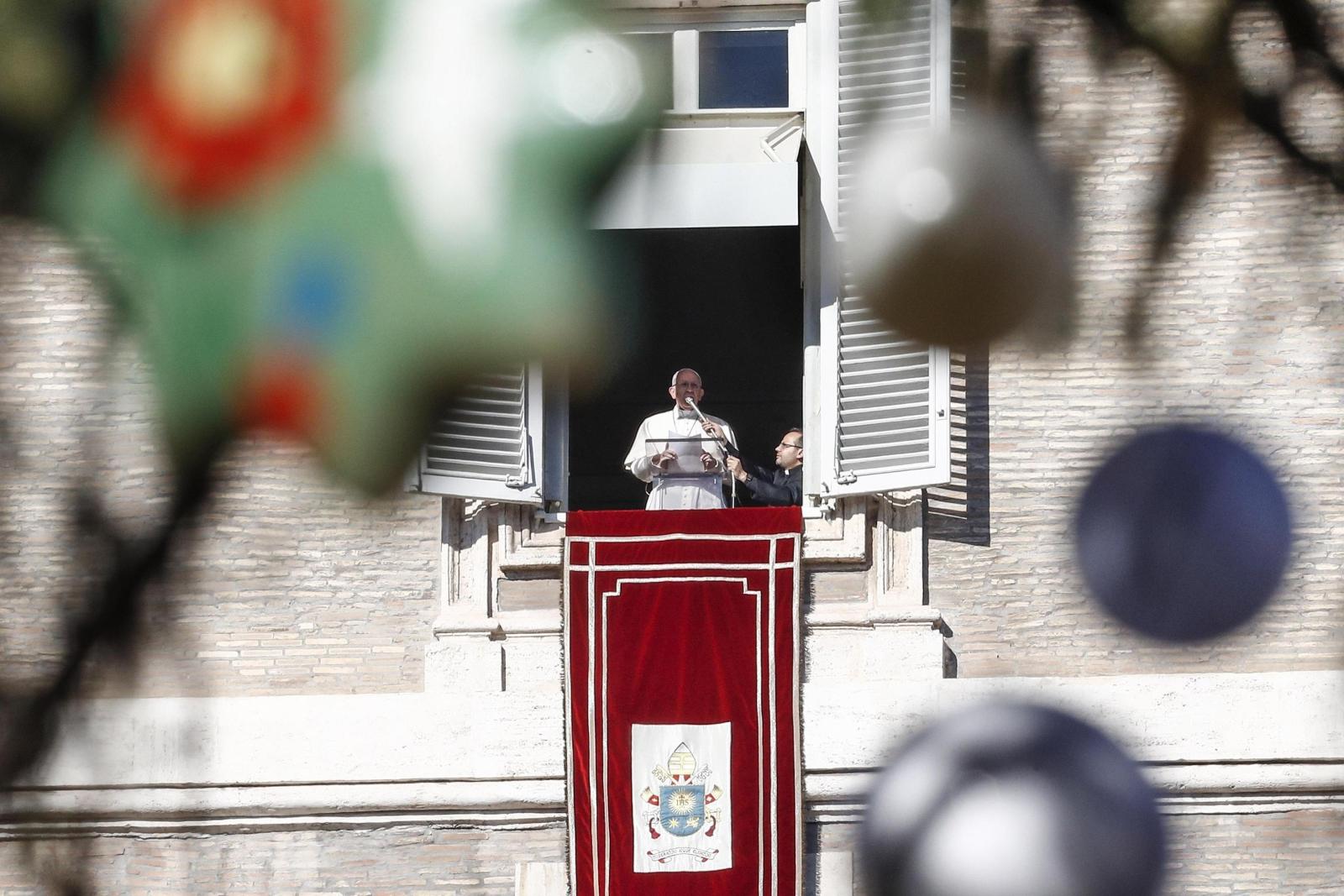 Papież Franciszek podczas modlitwy Anioł Pański. fot. EPA/GIUSEPPE LAMI
