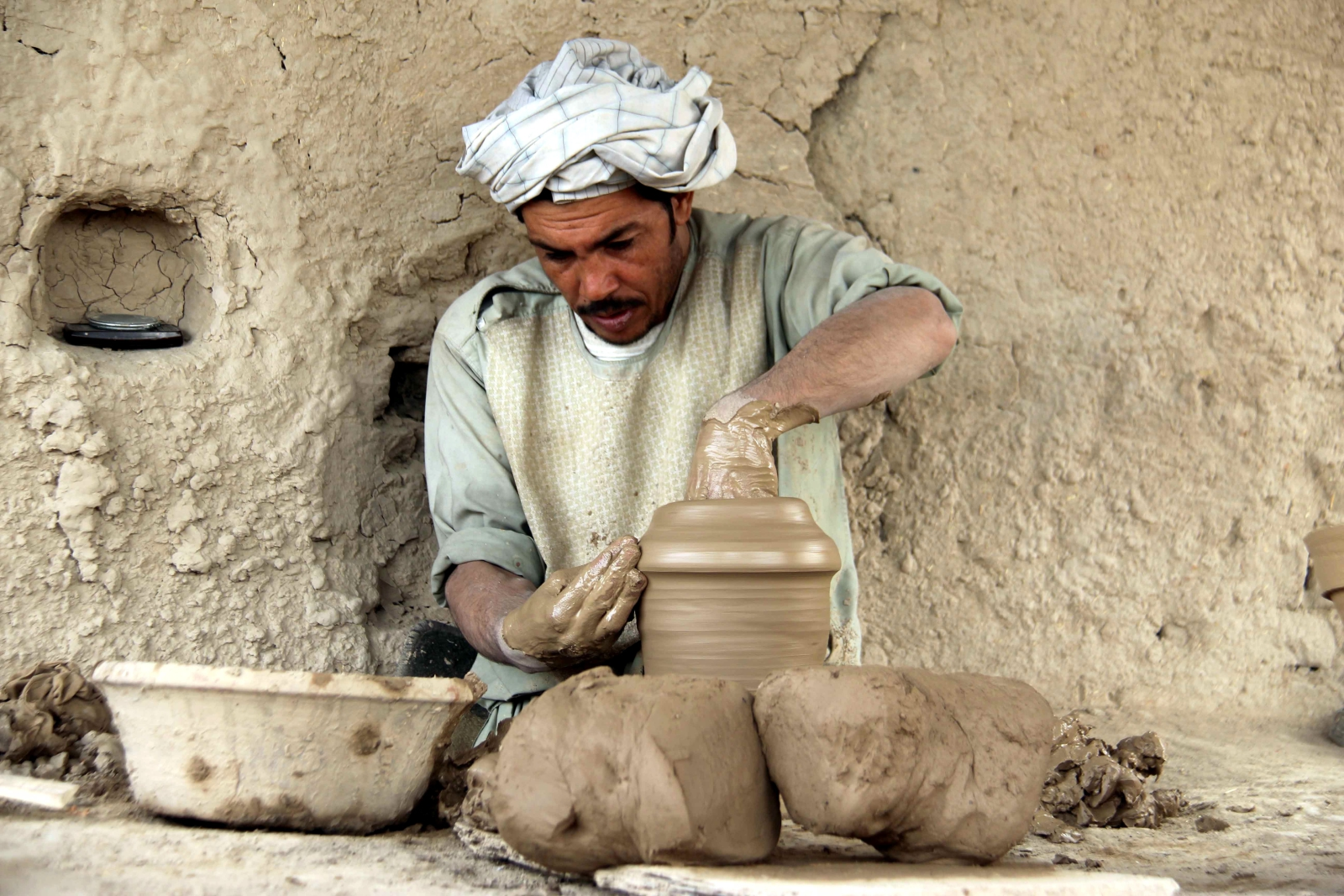 Afganistan. Wyrób naczyń glinianych. fot. EPA/MUHAMMAD SADIQ