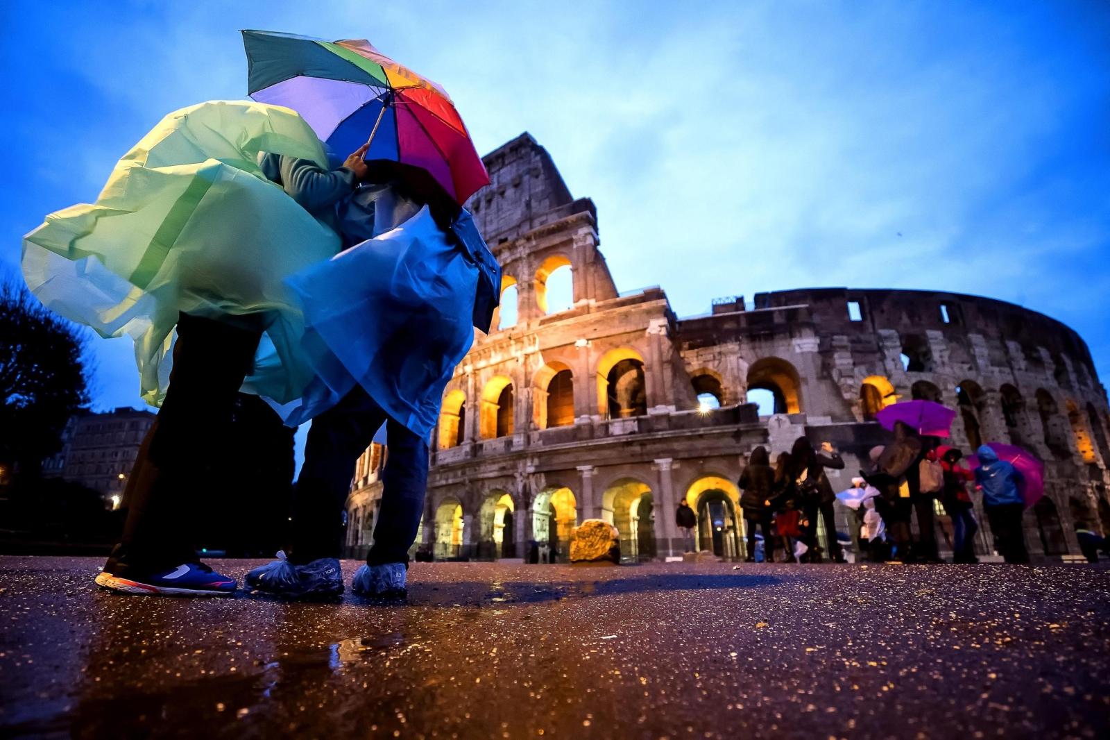 Włochy. Pogoda nie rozpieszcza mieszkańców Rzymu. fot. EPA/ANGELO CARCONI