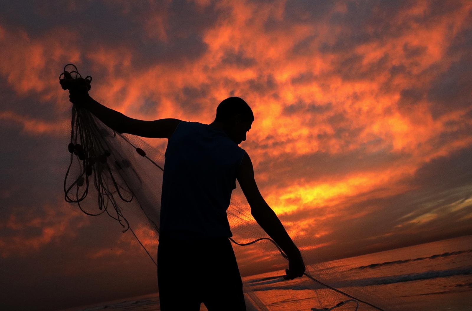 Palestyna. Rybak o wschodzie słońca. fot. EPA/MOHAMMED SABER
