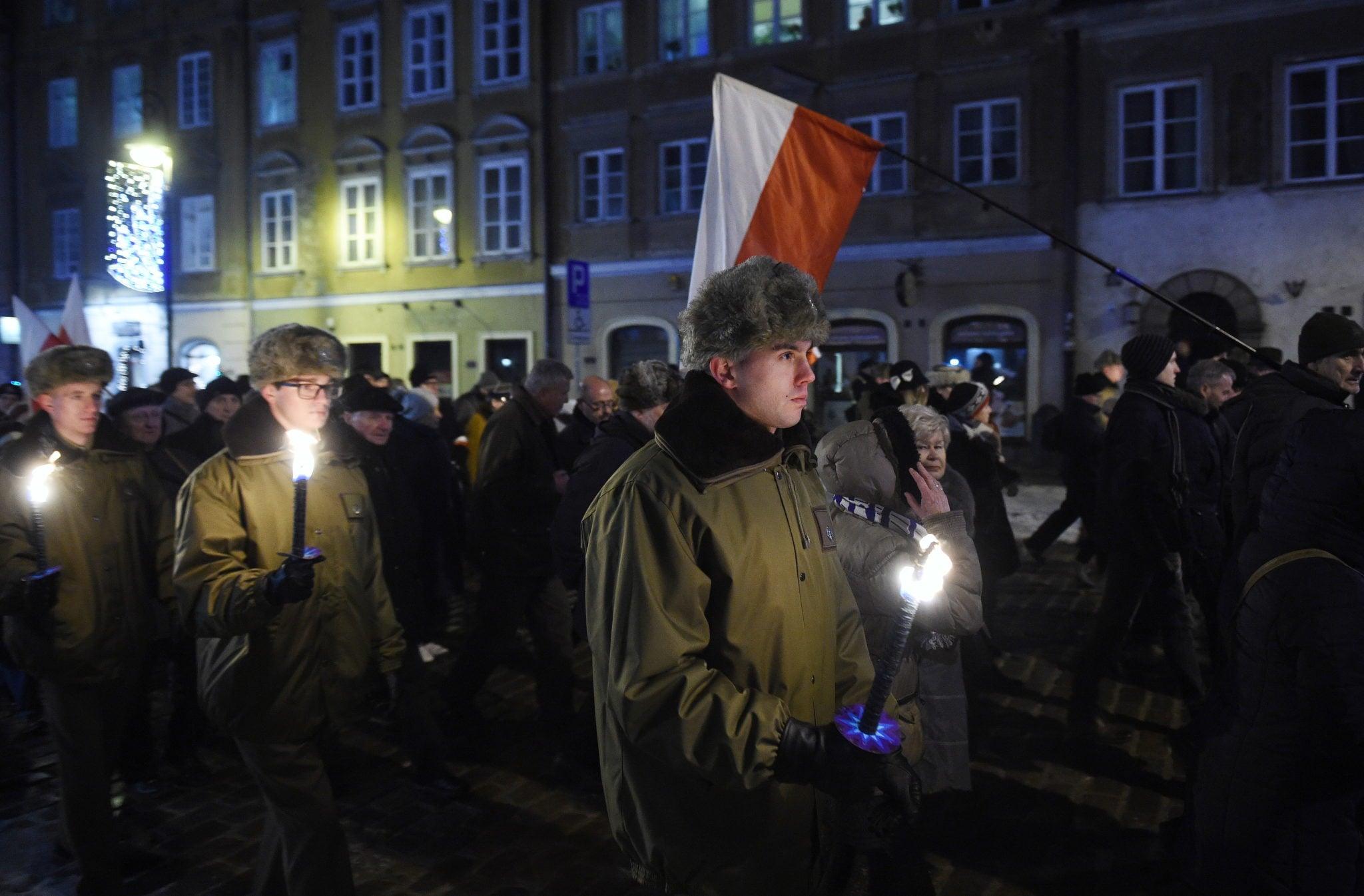 Warszawa: przemarsz pod Krzyż Traugutta na Cytadeli podczas obchodów 155. rocznicy Powstania Styczniowego, fot: Radek Pietruszka, PAP