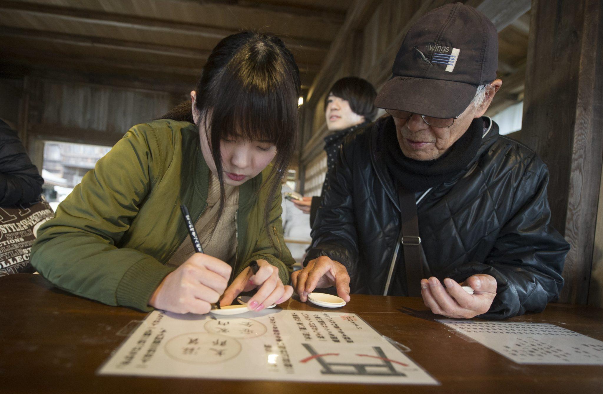 Japonia: Wyspa Chikubu, rytuał pisania życzeń na glinianych tabliczkach, fot: Everett Kennedy Brown, PAP/EPA