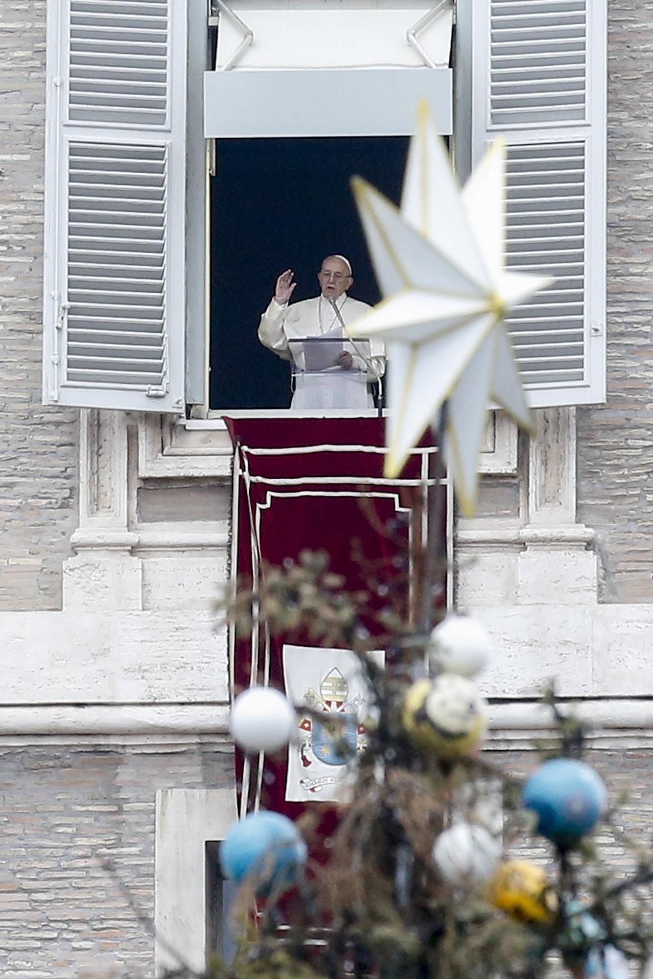 Watykan: Papież Franciszek prowadzi modlitwę Anioł Pański w 51. Światowym Dniu Pokoju. Modlił się za migrantów i uchodźców, plac św. Piotra w Watykanie, fot: Fabio Frustaci, PAP/EPA