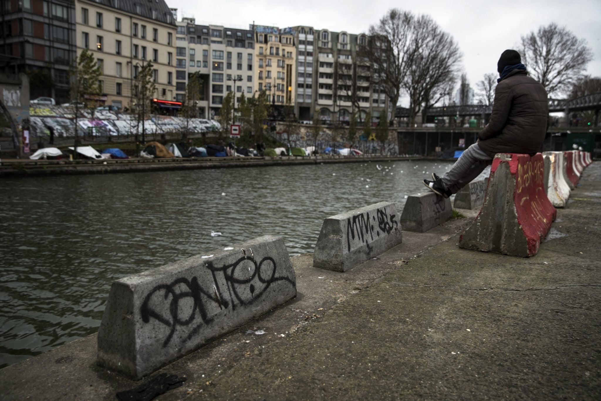 Francja: prowizoryzny obóz migrantów powstał na brzegu Sekwany, w całym Paryżu tak mieszka ponad dwa tysiące uchodzców. Fot: Etienne Laurent, PAP/EPA