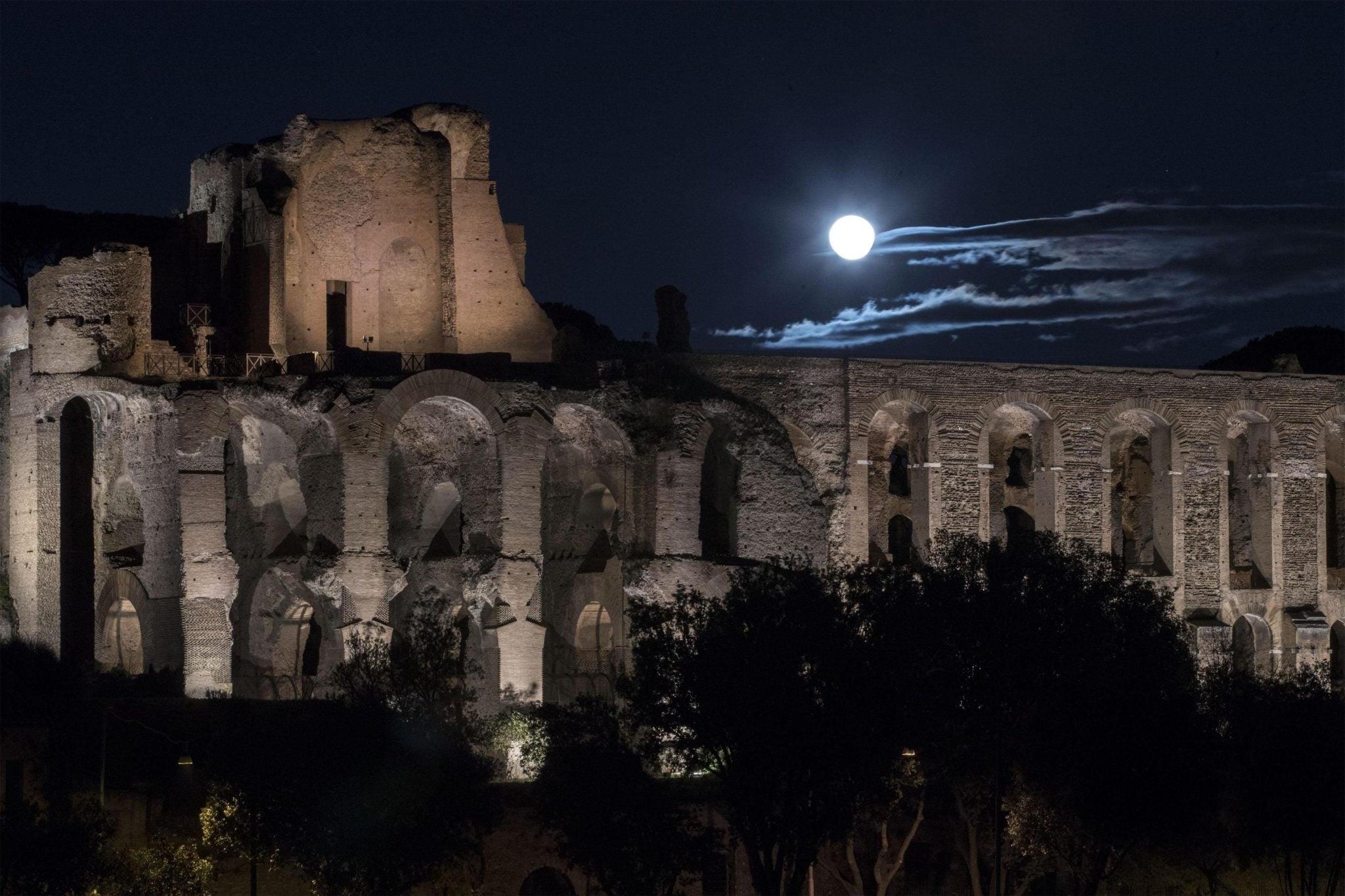 Włochy: nowy system oświetlenia jednego z rzymskich wzgórz – Palatynu, fot: Massimo Percossi, PAP /EPA