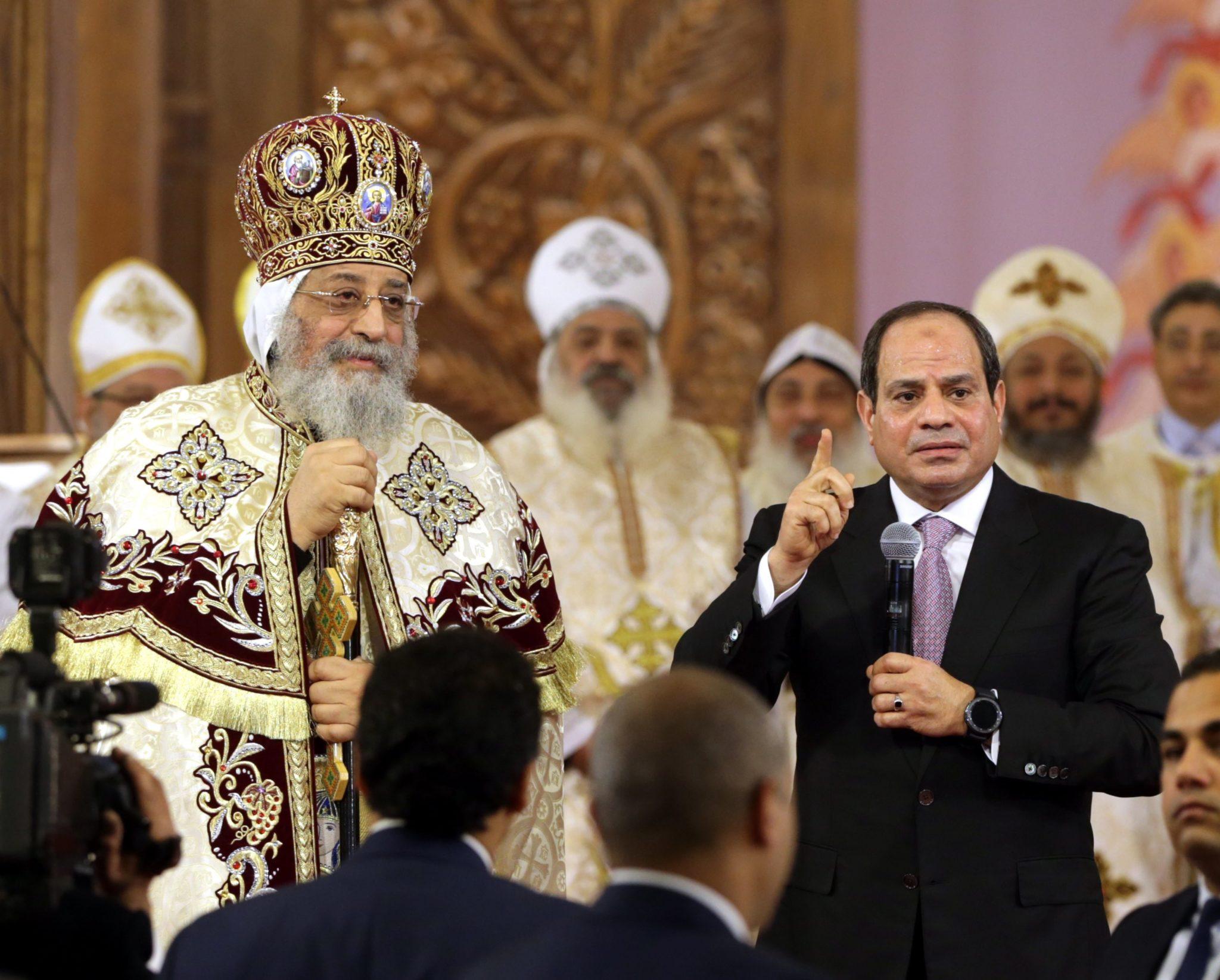 Egipt: koptyjski papież Tawadros II przyjął egipskiego prezydenta Abdel Fattah al-Sisi (R), w nowej koptyjskiej katedrze w okazji prawosławnego bożego narodzenia, fot. Khaled Elfiqi, PAP, EPA