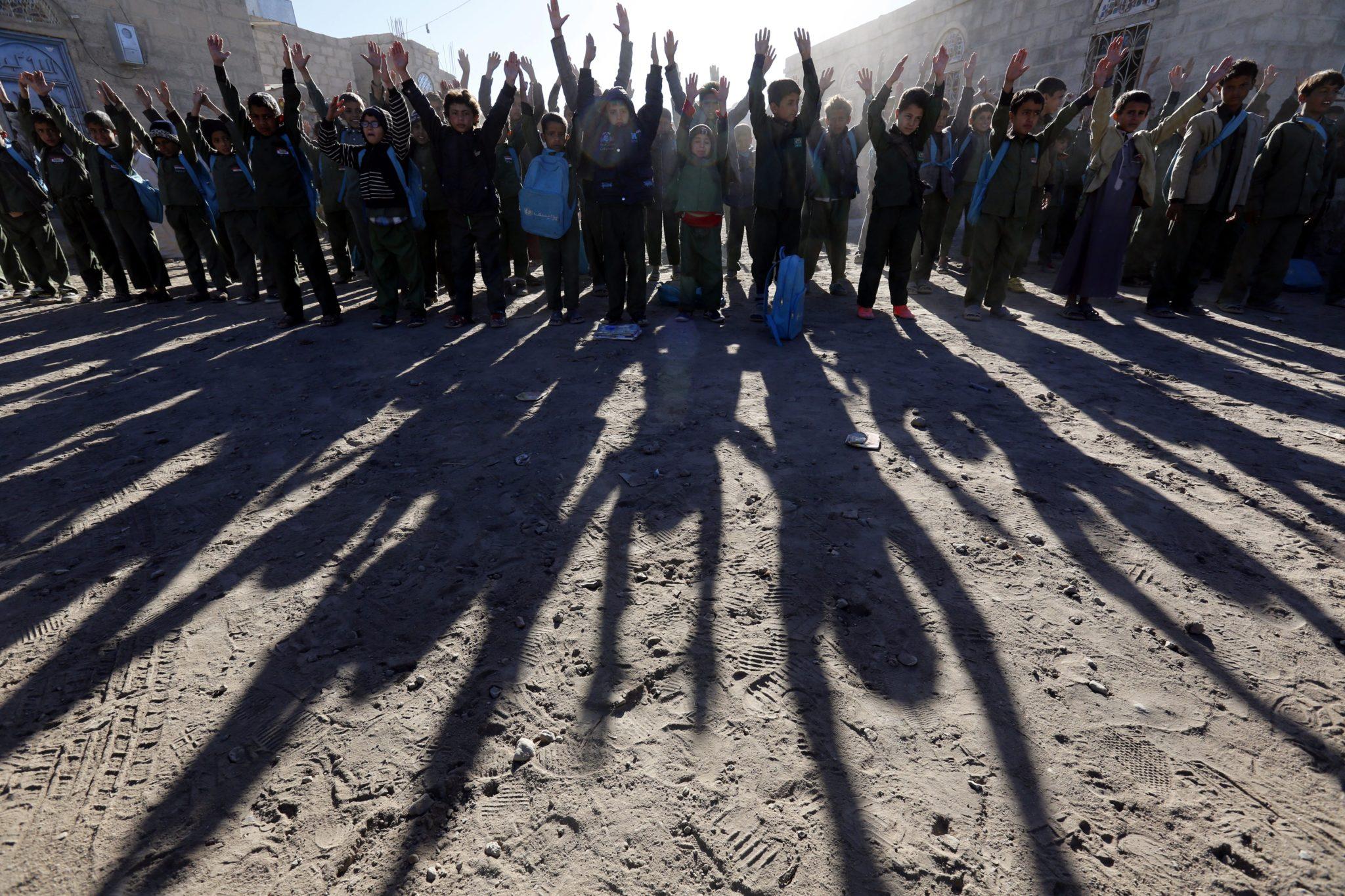 Yemen, Sana - dzieci czekają gromadzą się przed szkołą al-Sadaiq. Trwa strajk nauczycieli w stolicy kraju. Kryzys edukacyjny jest spowodowany niewypłacaniem pensji ponad 300tys. nauczycielom przez ponad rok. Pomimo tego kryzysu szkoły funkcjonują (przez 2 godzinny dziennie), fot: Yahya Arhab, PAP/EPA