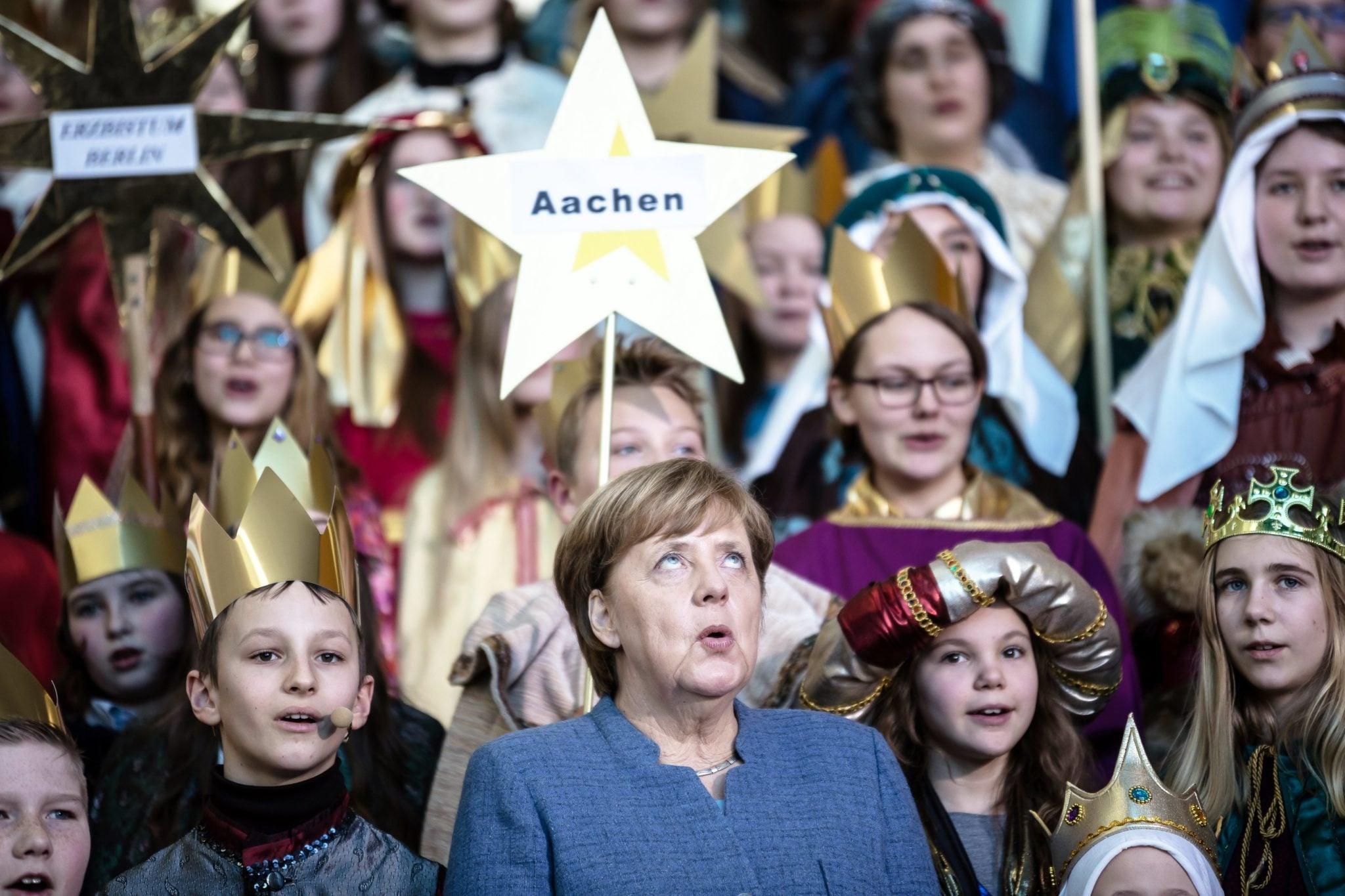 Berlin: Angela Merkel spotkała się i dziecięcymi kolędnikami. Wspólne spotkanie kanclerza Niemiec z młodzieżą na śpiewaniu kolęd to tradycja zwana'Sternsinger'. fot. Till Rimmele, PAP/EPA