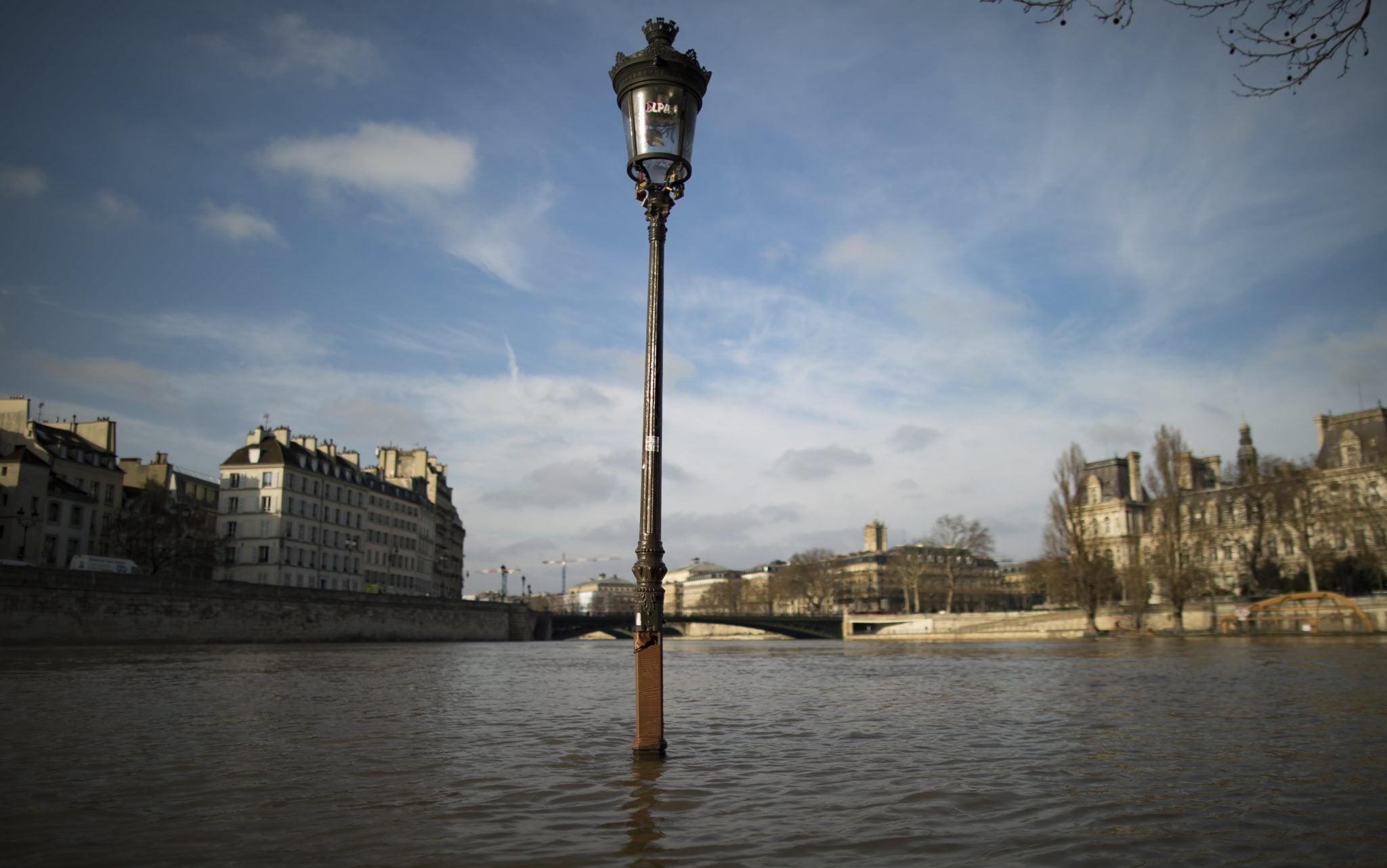 Paryż: Obfite opady deszczu spowodowały podniesienie do stanu krutycznego poziom Skewany, z tego powodu część niżej położonych obszarów miasta znalazło się pod wodą, fot: Ian Langsdon, PAP/EPA