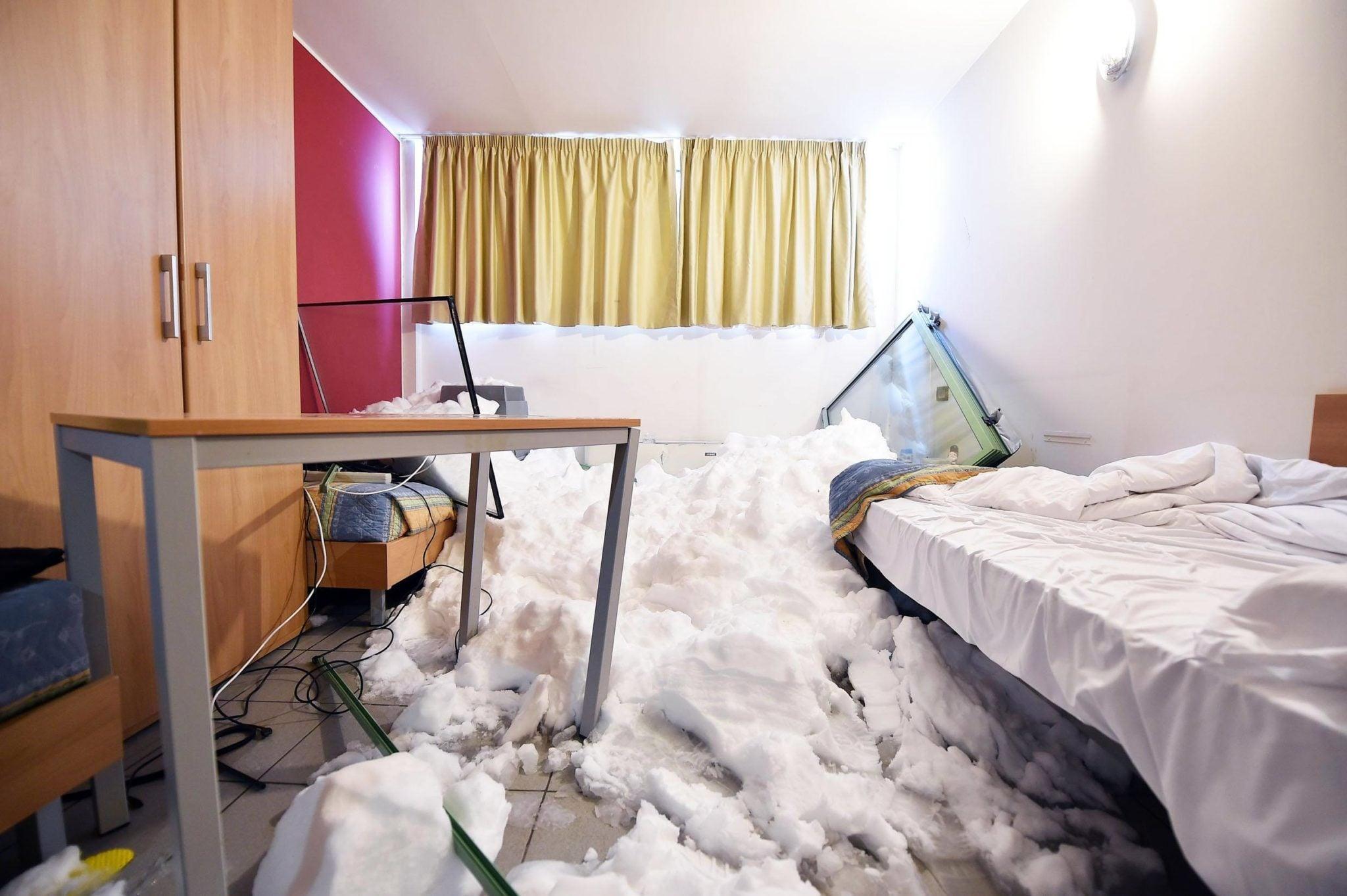 Włochy: lawina w Sestriere. Zejście lawiny w na skutek wysokich opadów śniegów w północnych Włoszech miała miejsce w wiosce olimpijskiej w Sestriere. 29 osób zostało ewakuowanych, nikt nie został ranny. fot. Alessandro Di Marco, PAP/EPA