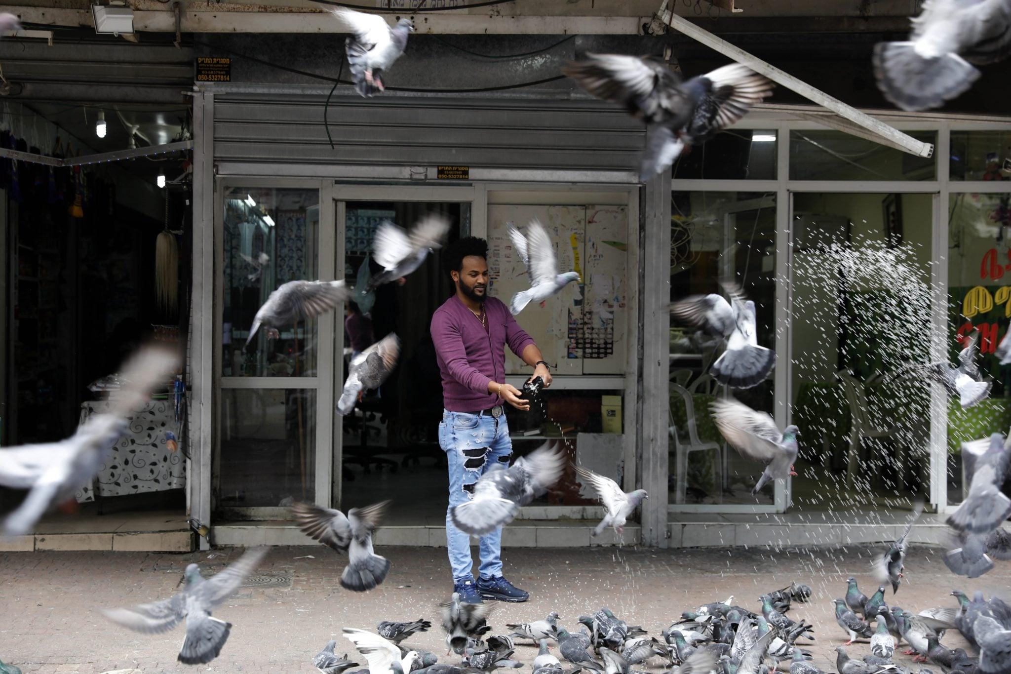 Izrael: afrykńscy migranci w Tel Awiwie / Erytrejski migrant mieszkający w Izraelu to tylko jeden z 38 tysięcy afrykańskich migrantów mieszkających w Izraelu. Izraelskie władze powołał masowy program 'dowolnego odejścia' 'voluntary leave'. by większość z nich wróciło do kraju swojego pochodzenia, otrzymają oni 3,5 tys. dolarów na start. Ci, którzy nie przyjmą tej propozycji trafią do więzienia. fot. Abir Sultan, PAP,EPA