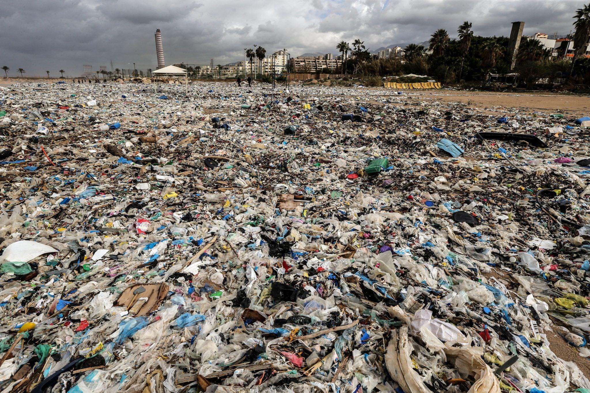 Stos śmieci wyrzuconych na brzeg dzień po zimowej burzy, która uderzyła w obszar Zouk Musbeh, na północ od Bejrutu w Libanie, fot: Nabil Mounzer, PAP/EPA