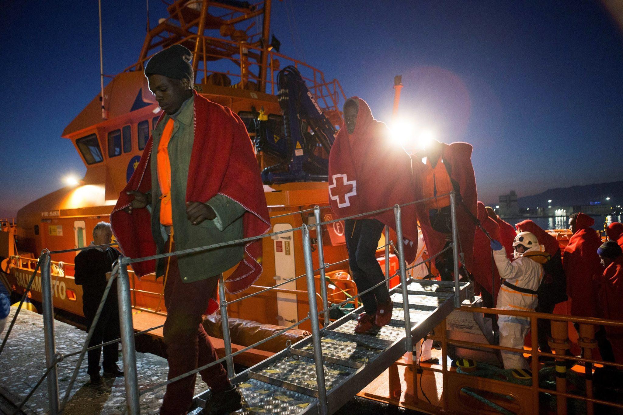 Część z 34 uratowanych imigrantów przybyła do portu Motril w Granadzie, południowa Hiszpania, morskie służby ratownicze uratowały migrantów podróżujących statkiem od wybrzeża Maroka, fot: Miguel Paquet, PAP/EPA