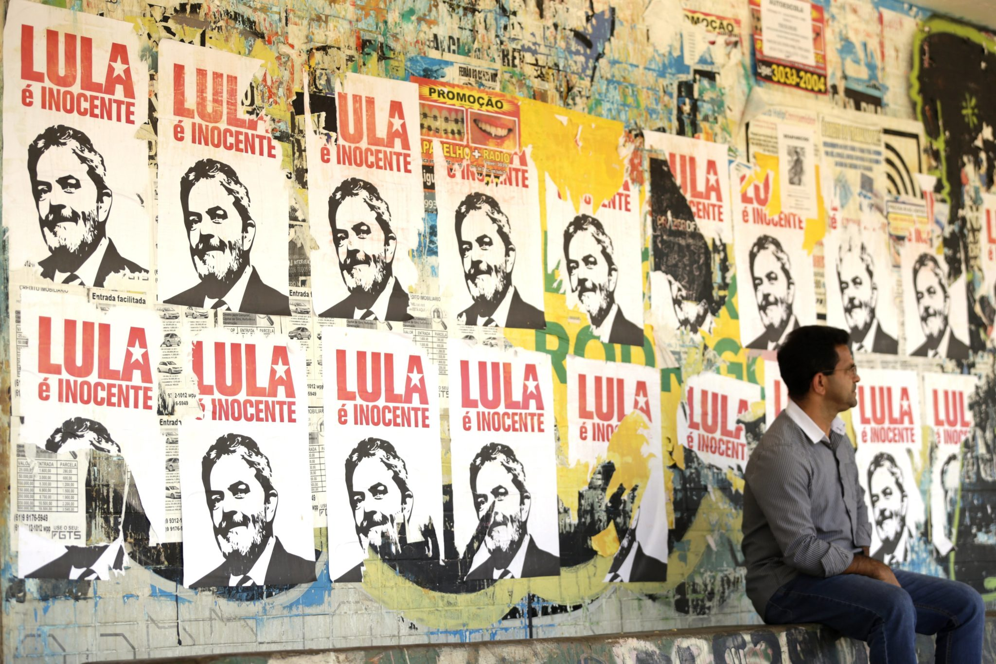 Plakaty z byłym brazylijskim prezydentem Luiza Inacio Lula da Silva z napisem