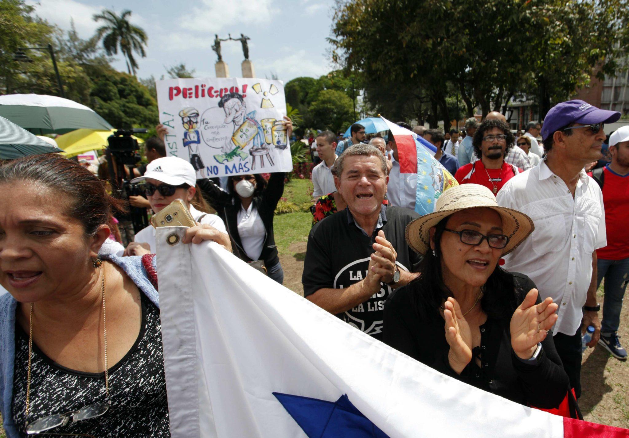 Setki obywateli demonstrują przed siedziba prokuratury w Panamie, domagają się nazwisk urzędników, którzy otrzymali łapówki od brazylijskiego konglomeratu budowlanego, fot: Alejandro Bolivar, PAP/EPA