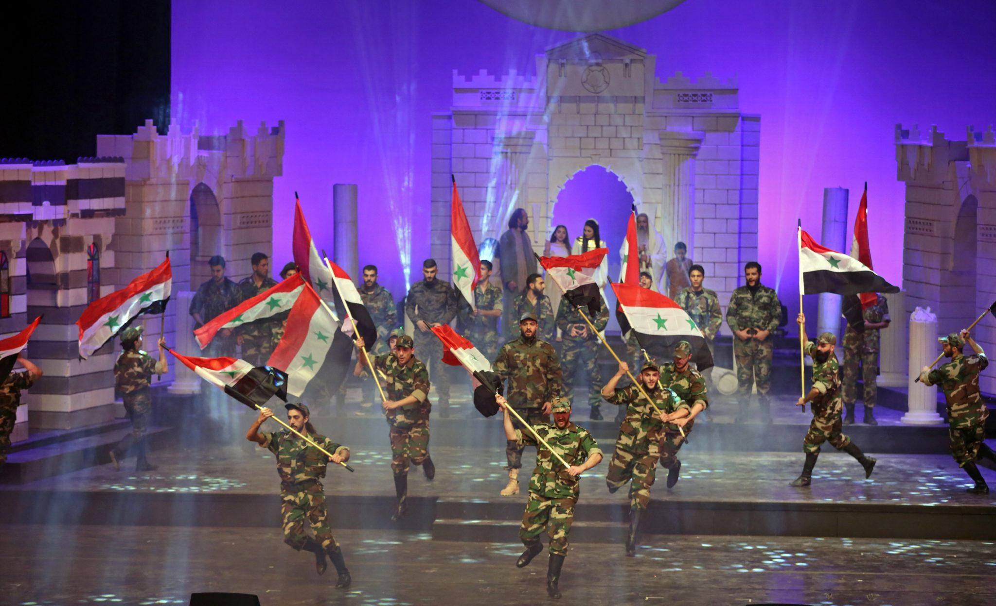 """Tancerze wykonują """"Ajyal Troupe"""", fot: Youssef Badawi, PAP/EPA"""