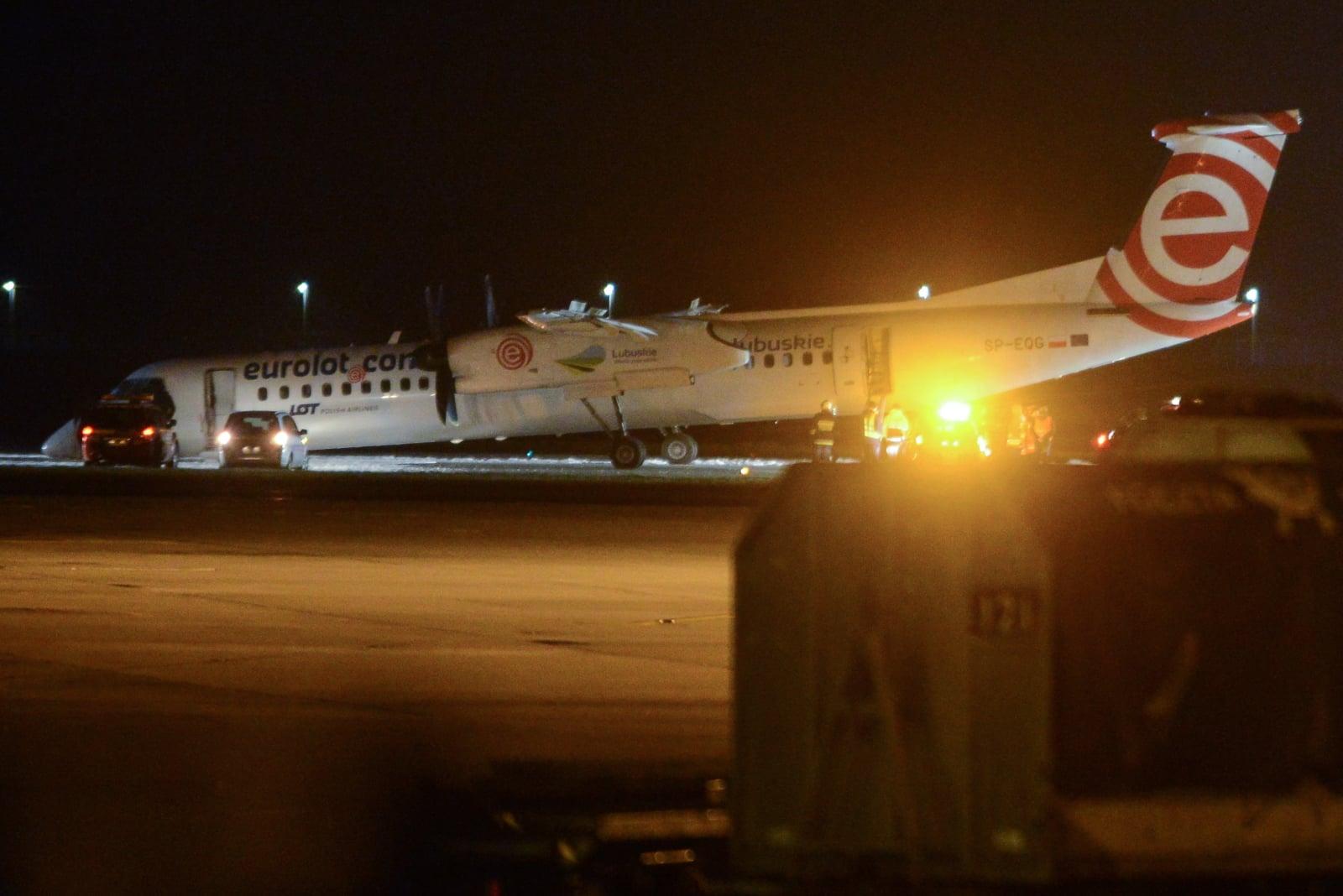 Awaryjne lądowanie samolotu na lotnisku Chopina w Warszawie, fot. PAP/Jakub Kamiński