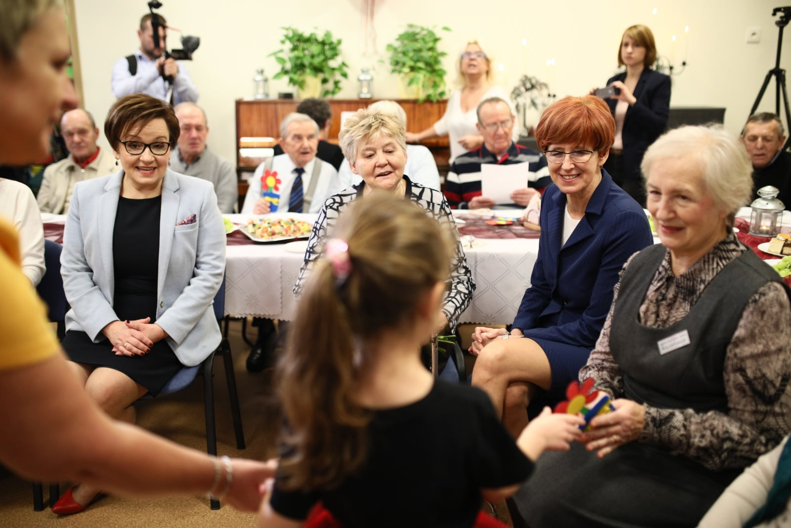Minister rodziny, pracy i polityki społecznej Elżbieta Rafalska oraz minister edukacji Anna Zalewska podczas spotkania z seniorami z Domu Dziennego Pobytu Senior+ w przedszkolu nr 2
