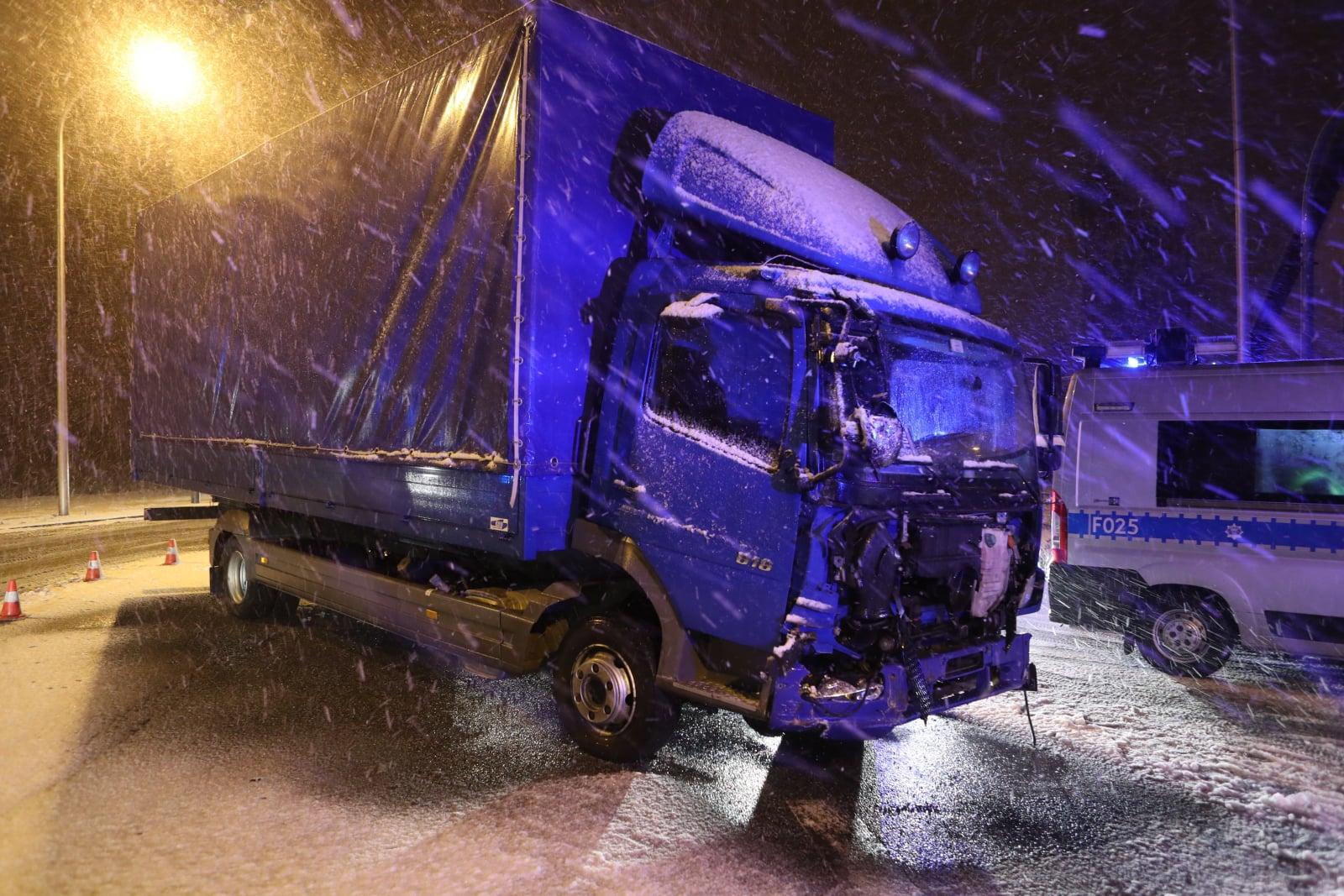 Miejsce wypadku w Ozorkowie. Dziewięć osób zostało rannych w zderzeniu autobusu, samochodu ciężarowego i osobowego, fot. PAP/Marek Kliński