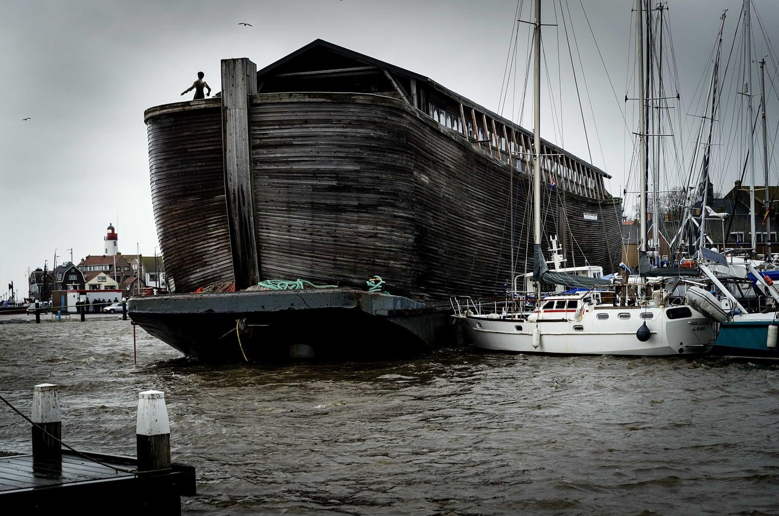 Sztorm w Holandii EPA/ROBIN VAN LONKHUIJSEN