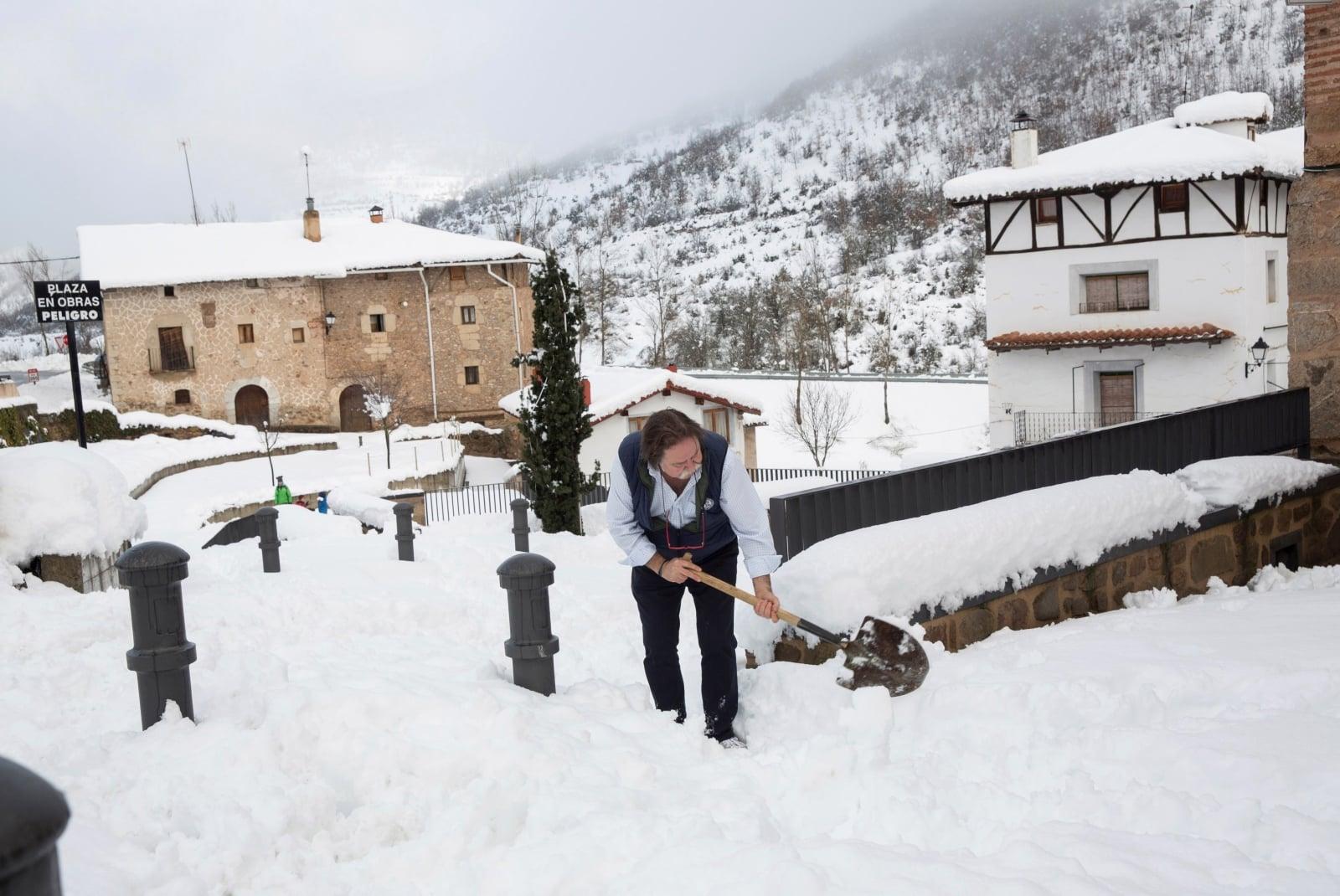 Atak zimy w Hiszpanii EPA/Raquel Manzanares