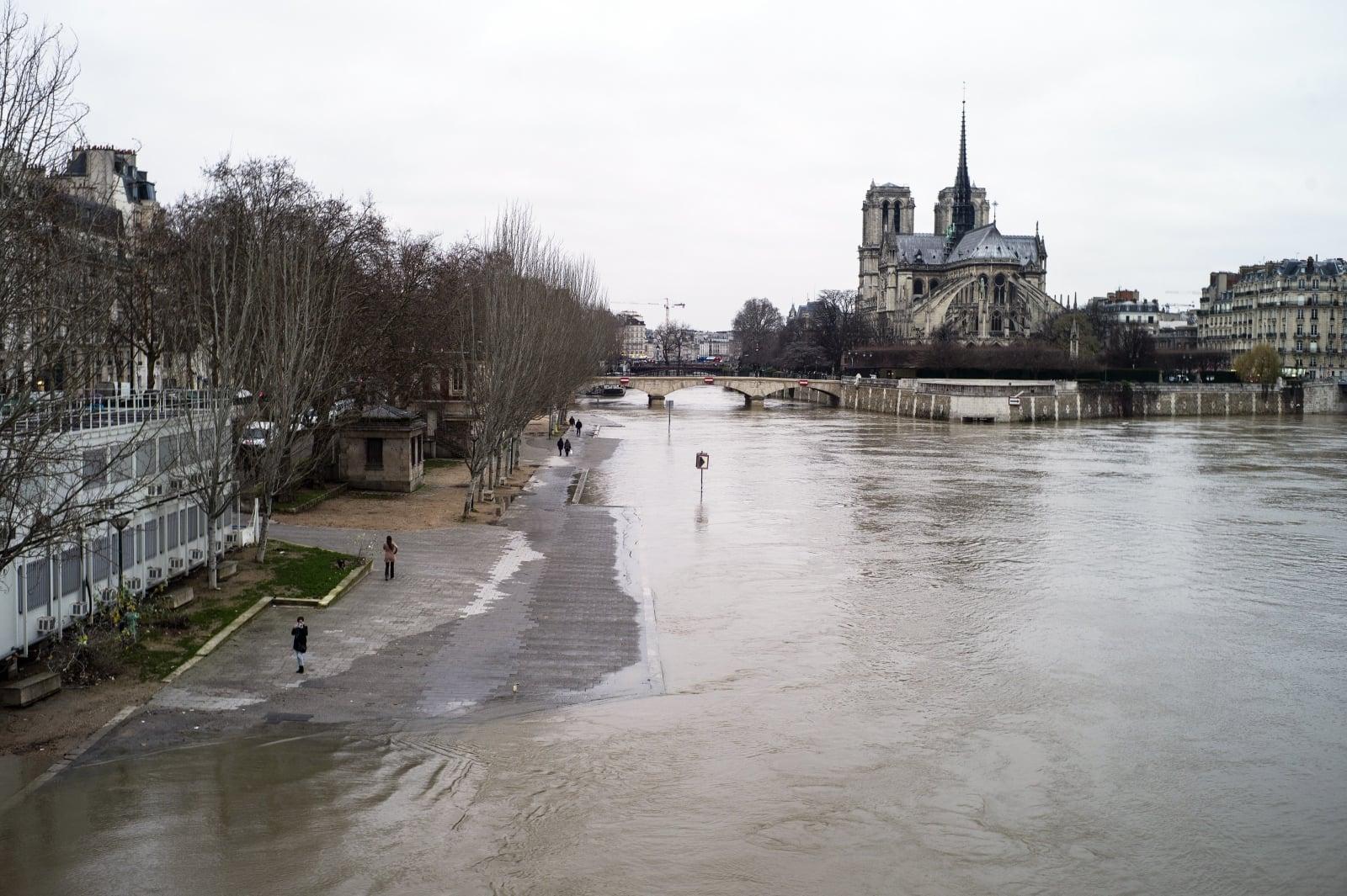 Wysoki stan wody i podtopienia w Paryżu  EPA/YOAN VALAT