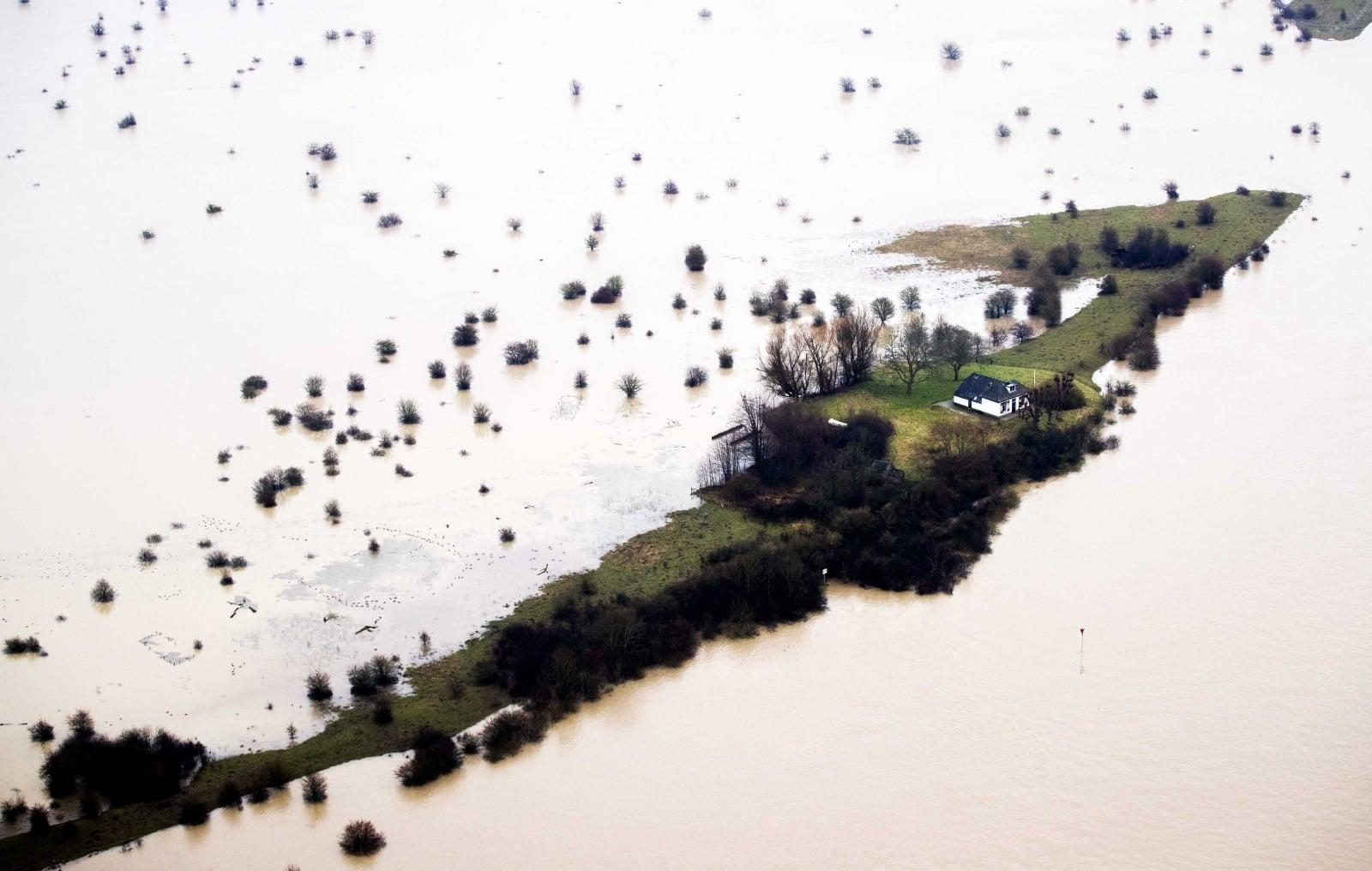 Widok z lotu ptaka na wysoki poziom wody w Culemborg, Holandia, fot. EPA/REMKO DE WAAL
