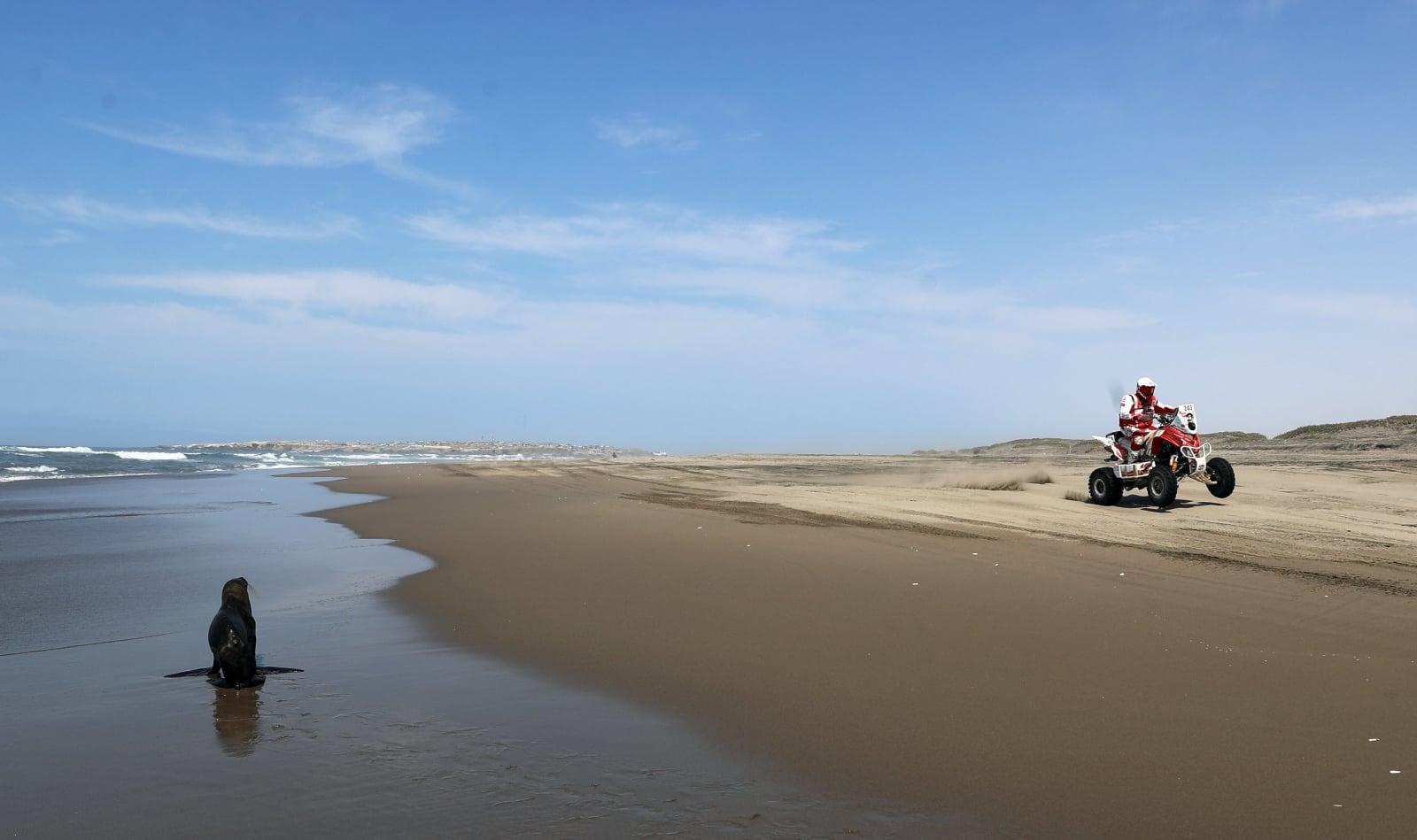 Rafał Sonik podczas piątego etapu Rajdu Dakar 2018 na plaży  Puerto Lomas w Peru, fot.EPA/DAVID FERNANDEZ