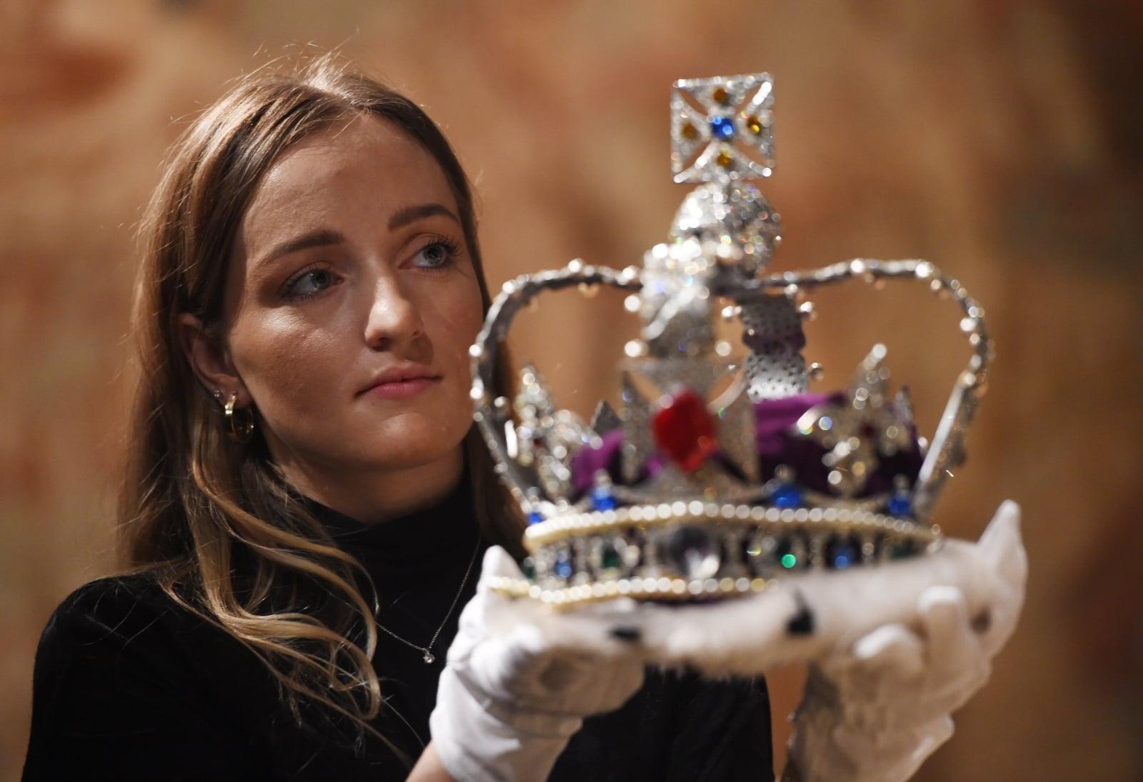 Replika brytyjskich klejnotów koronnych wykonanych na cześć koronacji królowej Elżbiety II, Wielka Brytania, fot. EPA/FACUNDO ARRIZABALAGA