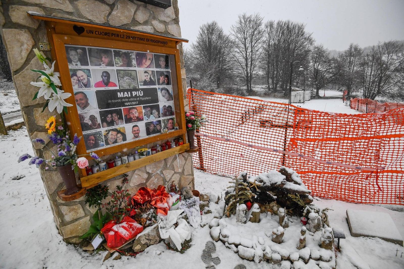 Kwiaty przy ruinach Hotelu Rigopiano, gdzie rok temu uderzyła lawina, zabijając 18 osób