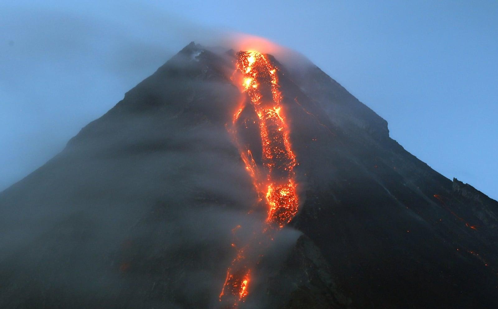 Lawa spływająca po zboczu wulkanu Mayon, Filipiny. Ponad 15 tysięcy ludzi mieszkających w promieniu 6 km od krateru zostało ewakuowanych ze względu na możliwy wybuch wulkanu w ciągu najbliższych dni lub tygodni, fot. EPA/FRANCIS R. MALASIG