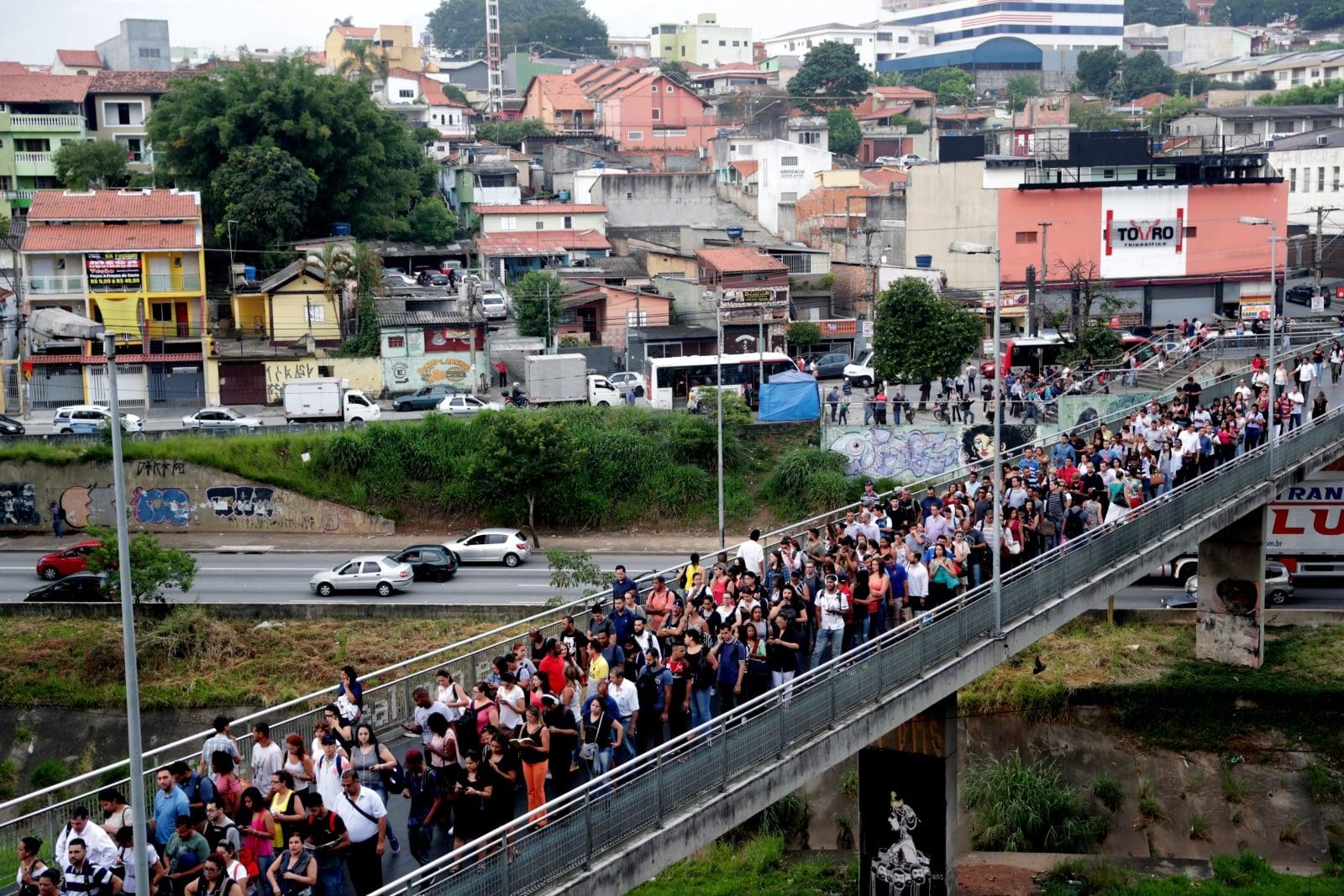 Osoby czekające na przybycie pociągu podczas strajku pracowników metra w Sao Paulo, Brazylia, fot. EPA/Fernando Bizerra Jr.